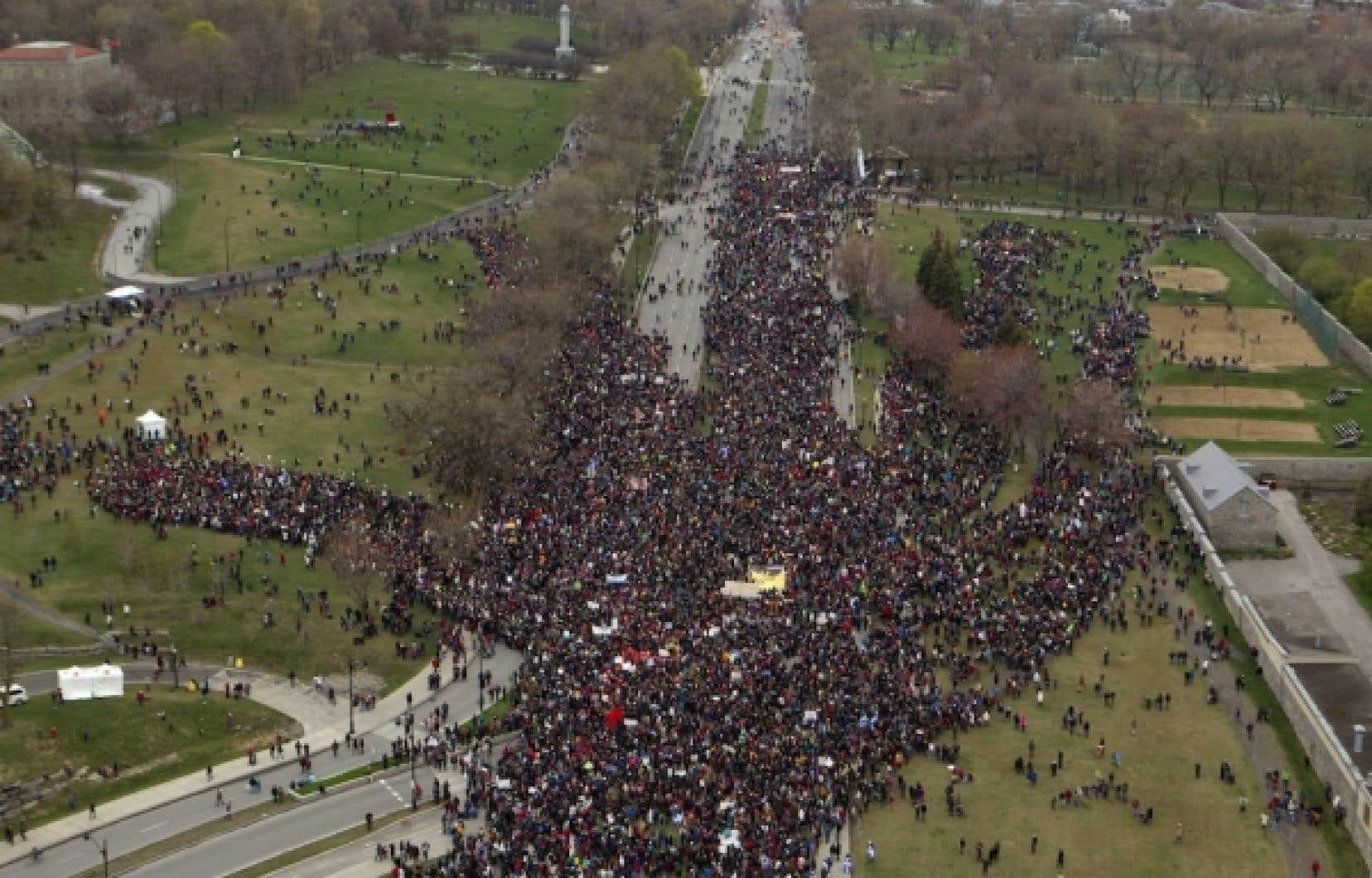 Au parc Jeanne-Mance, la foule a formé une impressionante main humaine.<br />