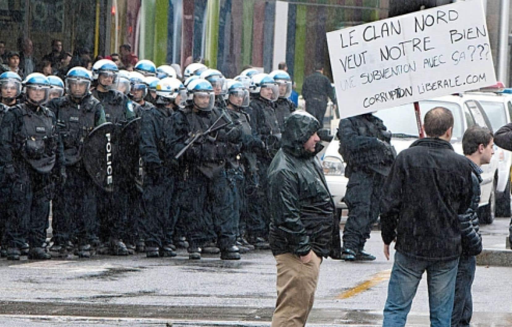 <div> Des manifestants et des policiers se sont affront&eacute;s samedi devant le Palais des congr&egrave;s, o&ugrave; se tenait le salon Plan Nord organis&eacute; par le gouvernement lib&eacute;ral.</div>