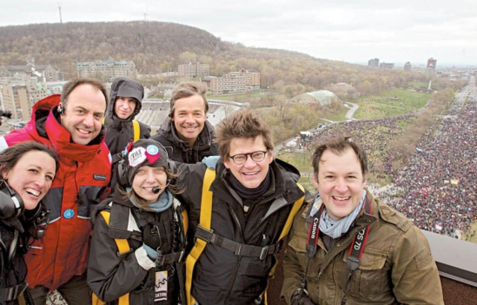 <div> Dominic Champagne (deuxième à partir de la droite), en compagnie de membres de son équipe lors de la manifestation de dimanche.</div>