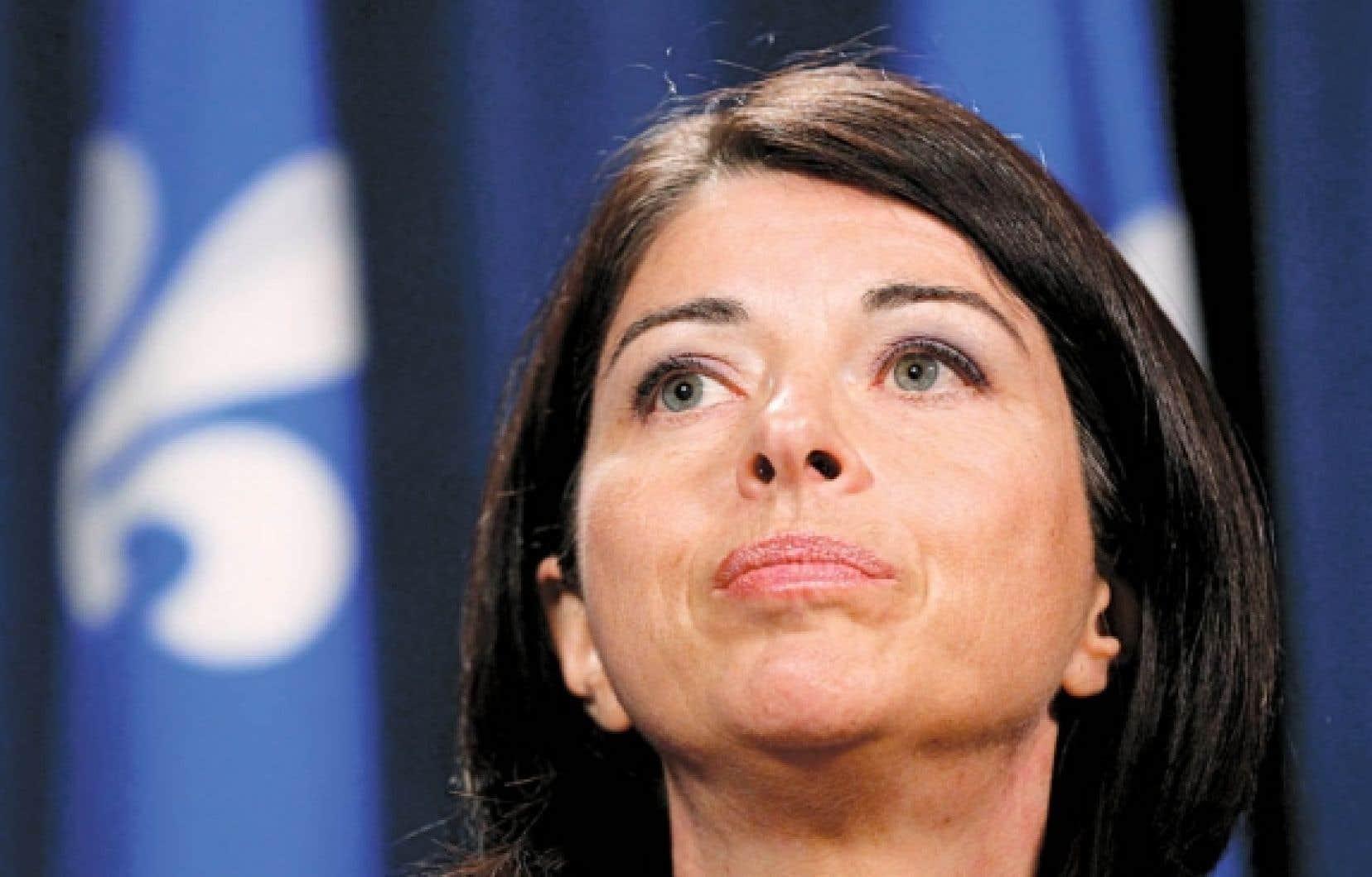 <div> La ministre de l'Éducation, Line Beauchamp, en conférence de presse à Québec, hier. Elle a annoncé qu'elle se donnait 48 heures pour voir si un blitz de discussions avec les étudiants pouvait débloquer l'impasse.</div>