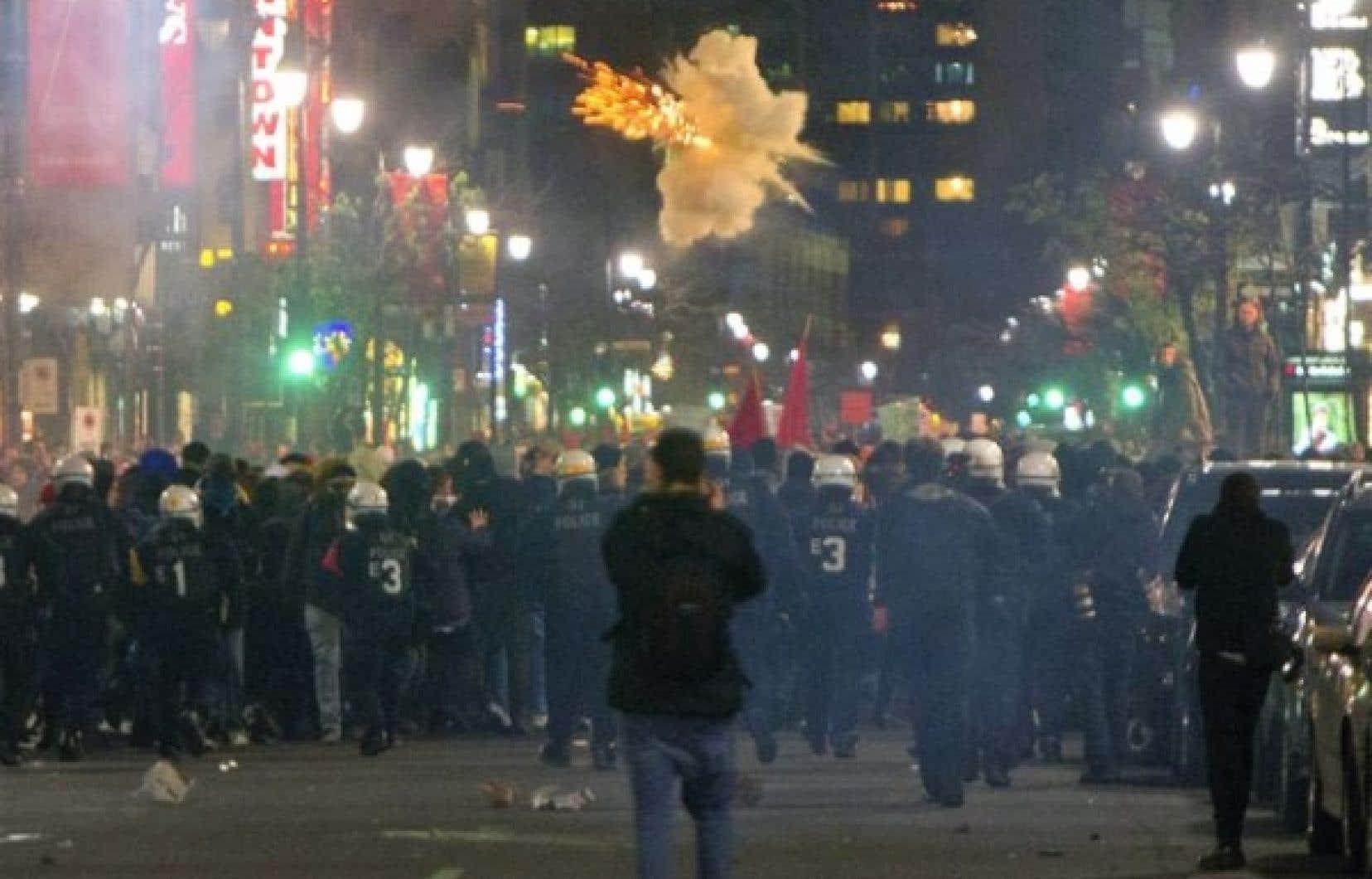 <div> En soirée, les policiers ont utilisé des bombes assourdissantes pour disperser les manifestants au centre-ville de Montréal.</div>