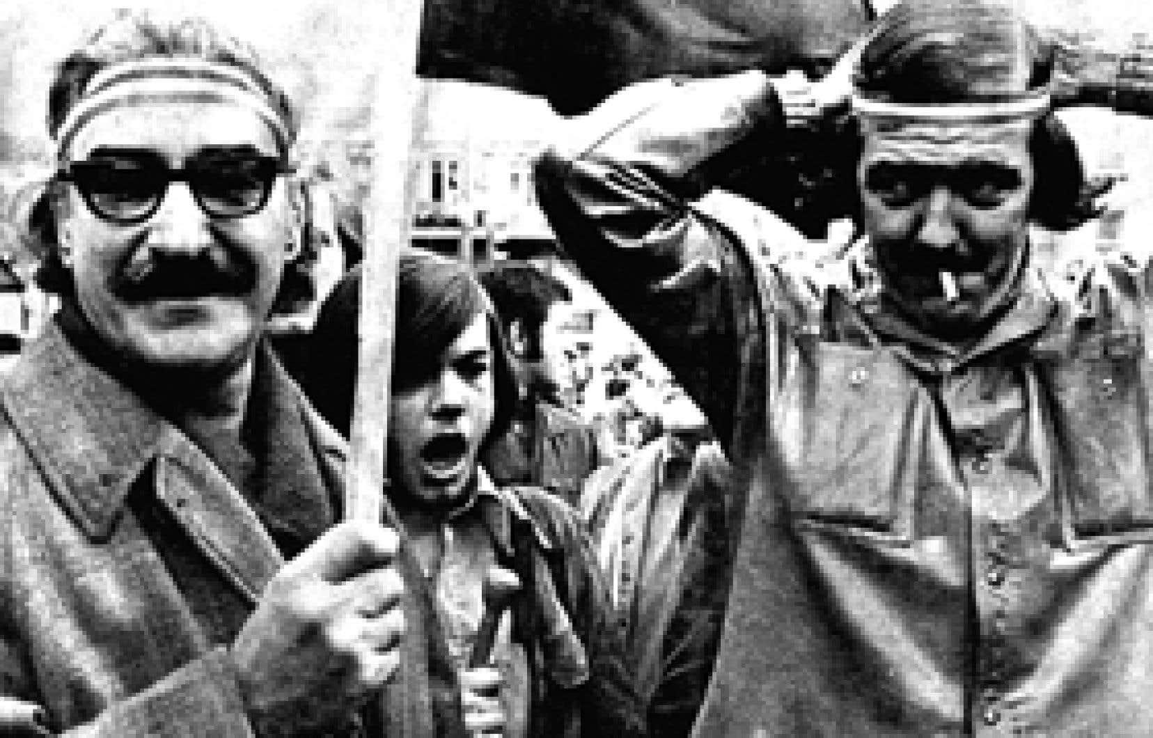 Le samedi 16 octobre 1971, environ 3000 manifestants arborant les couleurs des patriotes de 1837-1838, dont Michel Chartrand et Me Robert Lemieux sur notre photo, manifestent dans les rues de Montréal afin de souligner le premier anniversaire de l'imp