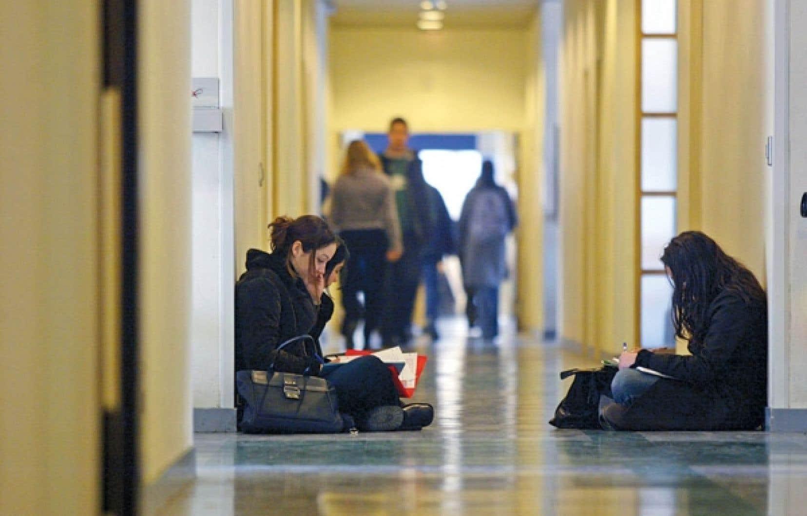 Le Québec est sous la moyenne canadienne en ce qui a trait à la facture refilée aux étudiants universitaires, mais se situe au-dessus de celle des pays membres de l'OCDE.