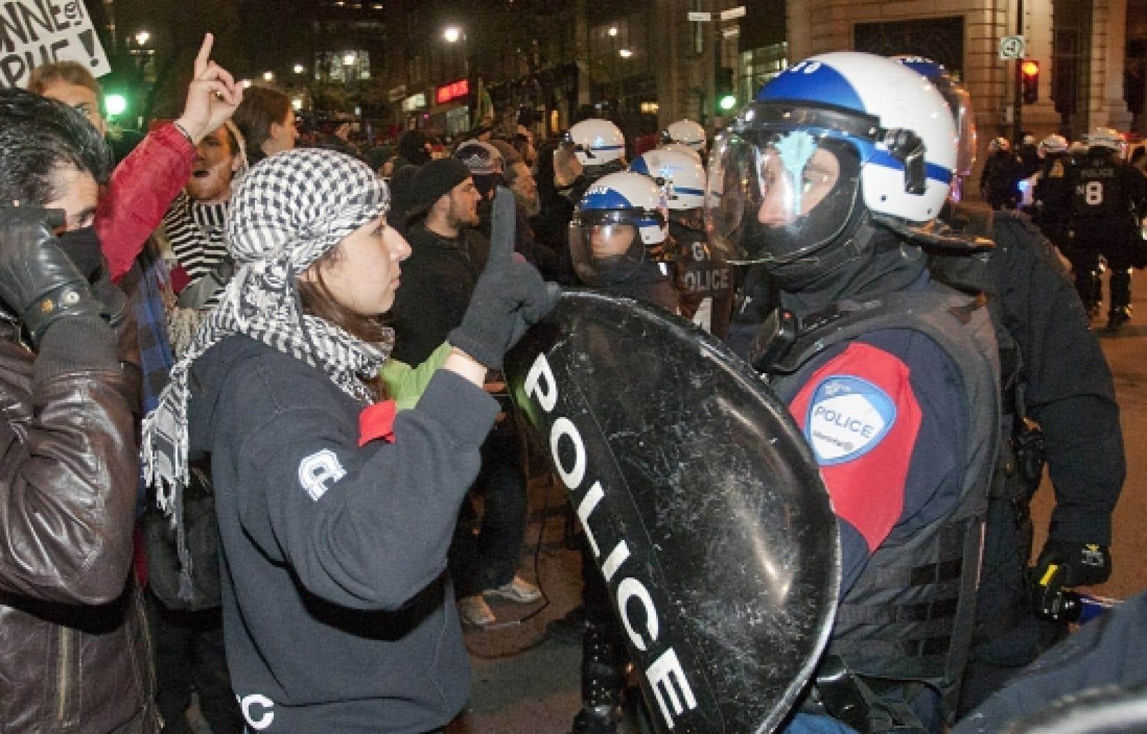 Tard hier soir, une foule importante s'est massée au centre-ville de Montréal pour s'opposer à la «solution» avancée par Jean Charest.