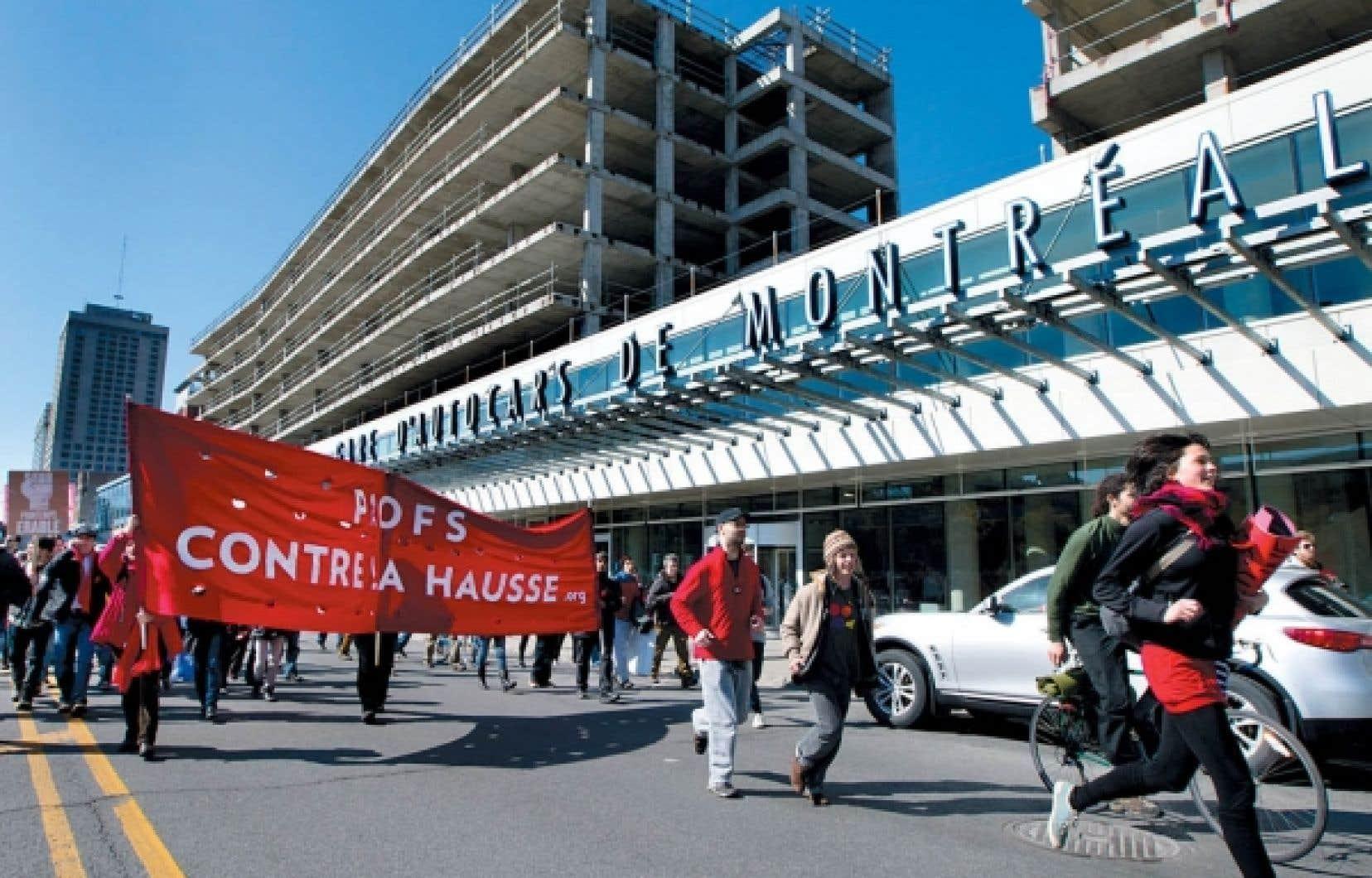 Des citoyens et des professeurs opposés à la hausse des droits de scolarité ont manifesté hier après-midi dans les rues de Montréal. La grève étudiante et les manifestations qui s'enchaînent semaine après semaine ont maintenant des échos à travers le monde.
