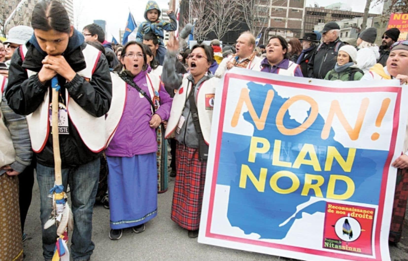 Des Autochtones inquiets pour leurs droits et la protection de leur territoire ont manifesté les 20 et 21 avril derniers devant le Palais des congrès de Montréal, lieu où se tenait le Salon Plan Nord.