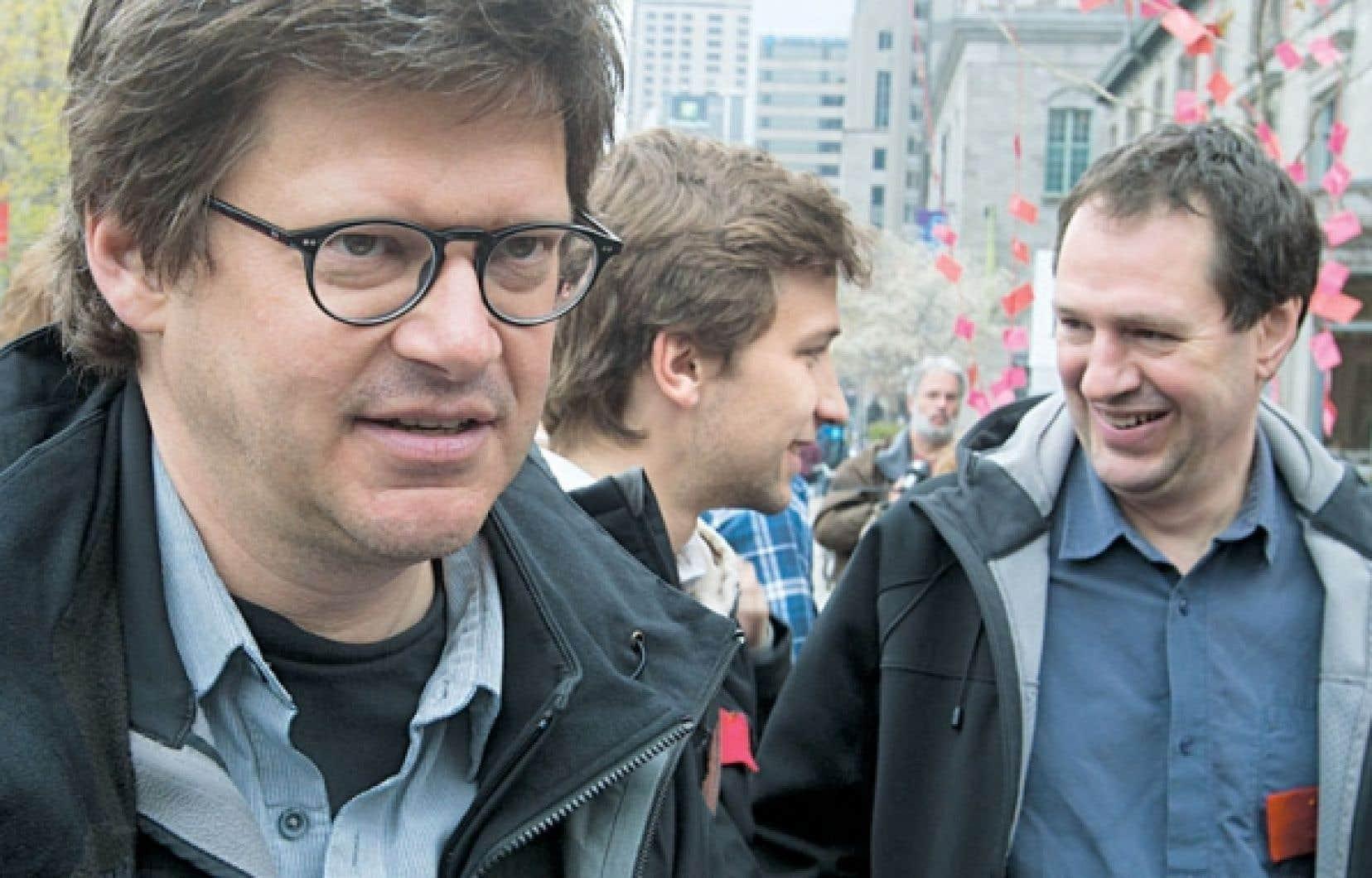 Le metteur en scène Dominic Champagne et le co-porte-parole de la CLASSE, Gabriel Nadeau-Dubois (au centre), lors d'une manifestation des artistes en appui à la cause étudiante, hier, à Montréal.