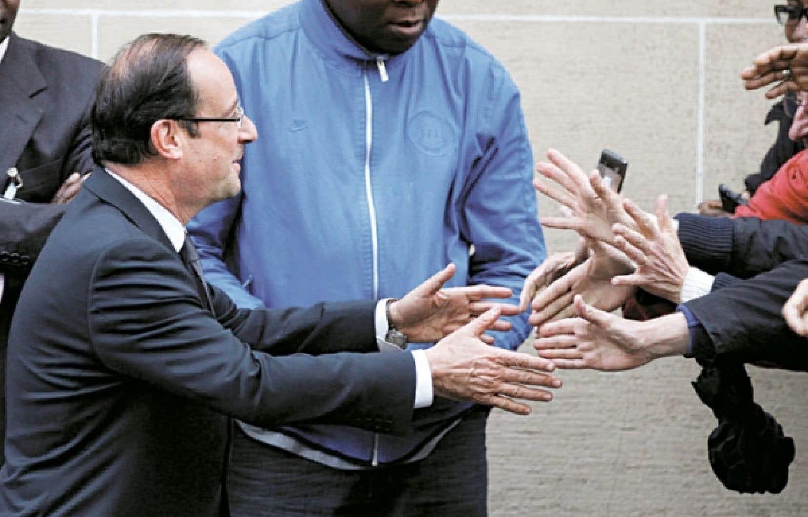 Une foule de sympathisants attendait François Hollande à la sortie de son QG de campagne, hier, à Paris.