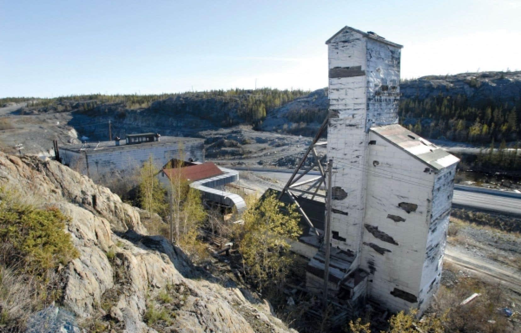 La Giant Mine, à Yellowknife, est l'un des sites miniers les plus pollués du Canada. Citant en exemple des milliers de sites contaminés apparus avant l'instauration d'un régime d'évaluation environnementale, le commissaire Scott Vaughan lance un avertissement aux conservateurs.