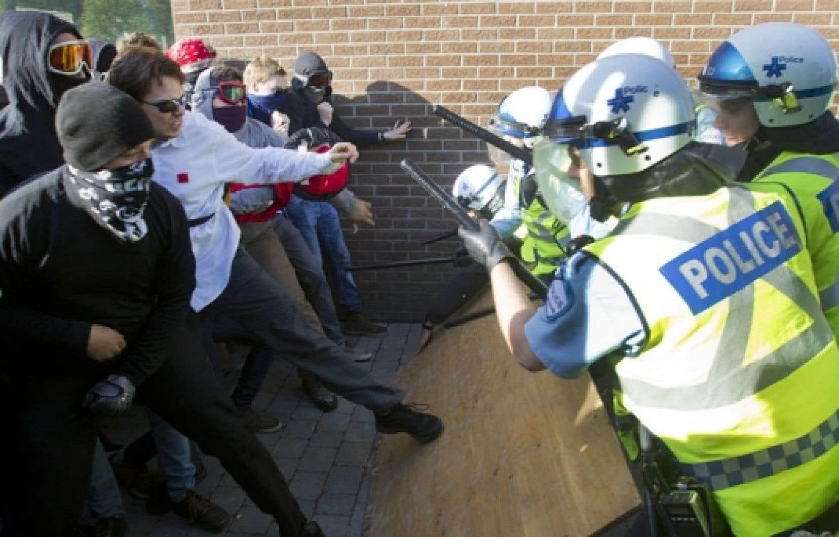 Des manifestants ont défié les policiers ce matin au Collège Rosemont.