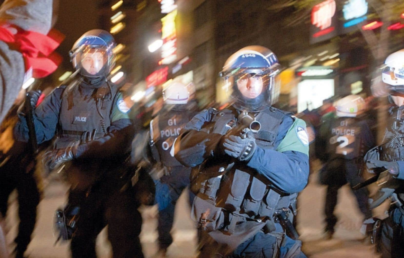 Des policiers interviennent pour disperser des manifestants à Montréal.