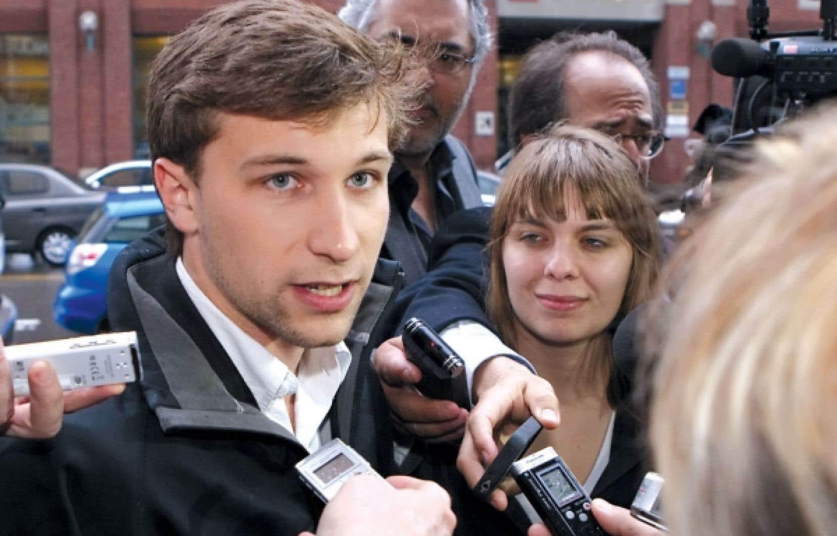 Gabriel Nadeau-Dubois et Jeanne Reynolds, de la CLASSE, s'adressant aux journalistes avant de rencontrer la ministre Michelle Courchesne, hier, à Québec.