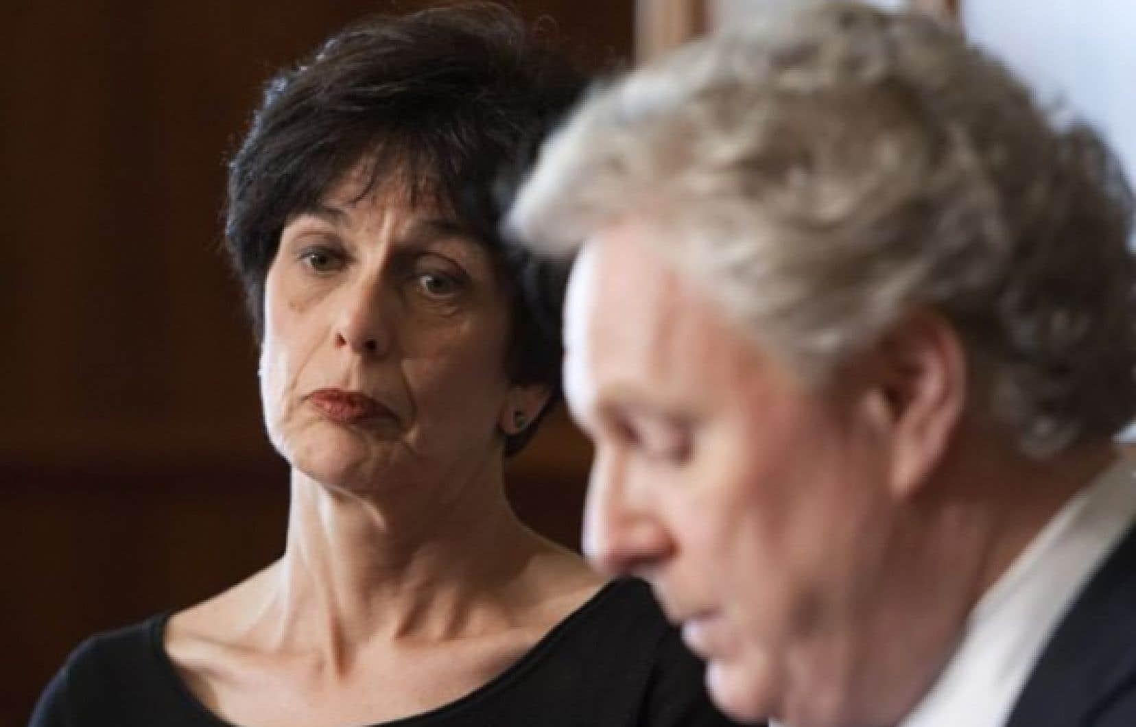 La nouvelle ministre de l'Éducation, Michelle Courchesne, accompagnée du premier ministre Jean Charest.