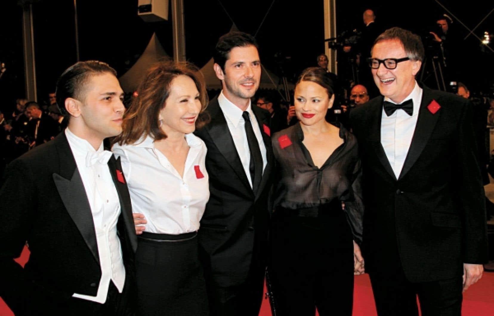 Le cinéaste Xavier Dolan accompagné des acteurs principaux du film Laurence Anyways, Nathalie Baye, Melvil Poupaud, Suzanne Clément et Yves Jacques, arboraient le carré rouge, hier, sur le tapis rouge cannois.