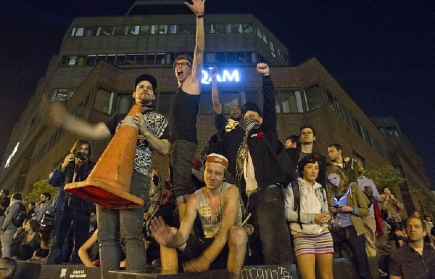 Pour une 27e soirée consécutive hier, plus d'un millier de citoyens ont marché dans les rues du centre-ville pour dénoncer à la fois la hausse des droits de scolarité et l'adoption de la loi 78.
