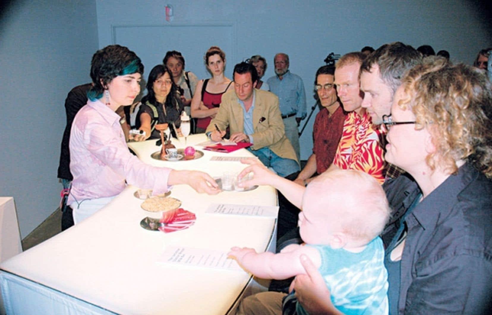 L'artiste Jess Dobkin, lors de sa performance The Lactation Station en 2006 : « Toutes sortes de gens assistent, curieux, indique Mme Dobkin. À mon comptoir de dégustation, je me suis retrouvée déjà à discuter avec une nouvelle maman, un critique de vin, un fétichiste et un gastronome ! ». Le tout en sirotant du lait maternel.