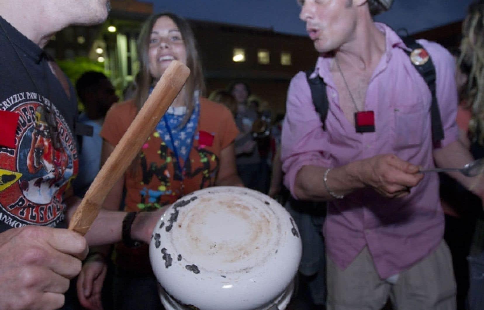 Des milliers de Montréalais ont à nouveau fait résonner leurs casseroles hier dans les rues de la métropole et au parc Émilie-Gamelin, lieu de rencontre par excellence des manifestants depuis le début du soulèvement étudiant.