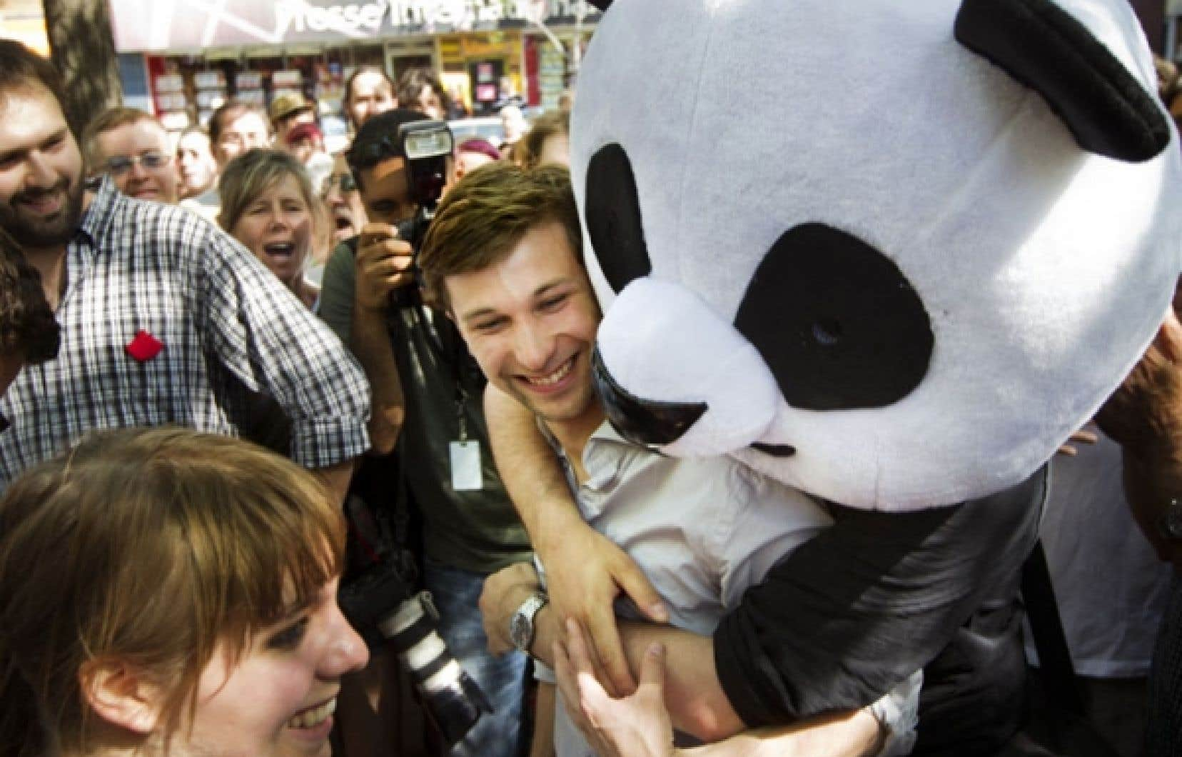 <div> Depuis quelques semaines, une mascotte de panda est aux premi&egrave;res lignes des manifestations. Anachronique, ce c&acirc;linours bicolore suscite une improbable vague de sympathie.</div>