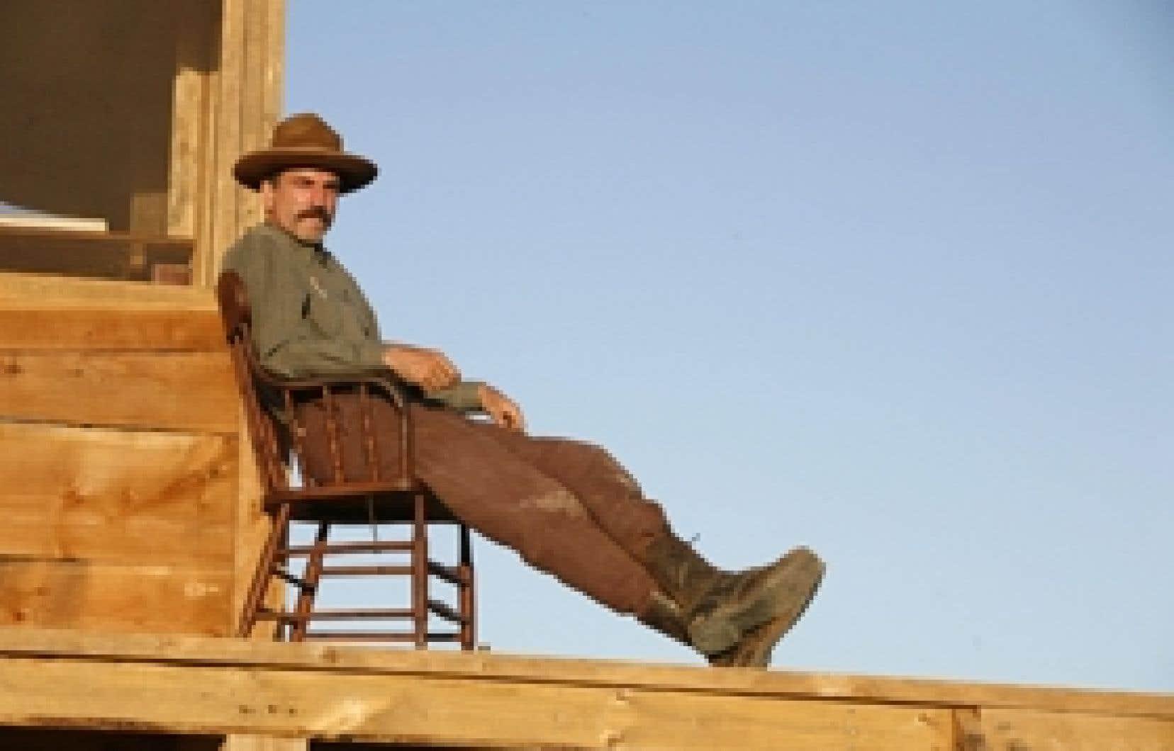 Dans There Will Be Blood, Daniel Day-Lewis incarne Daniel Plainview, un homme qui abandonne principes et santé mentale quand il se lance dans une poursuite insensée de l'or noir.