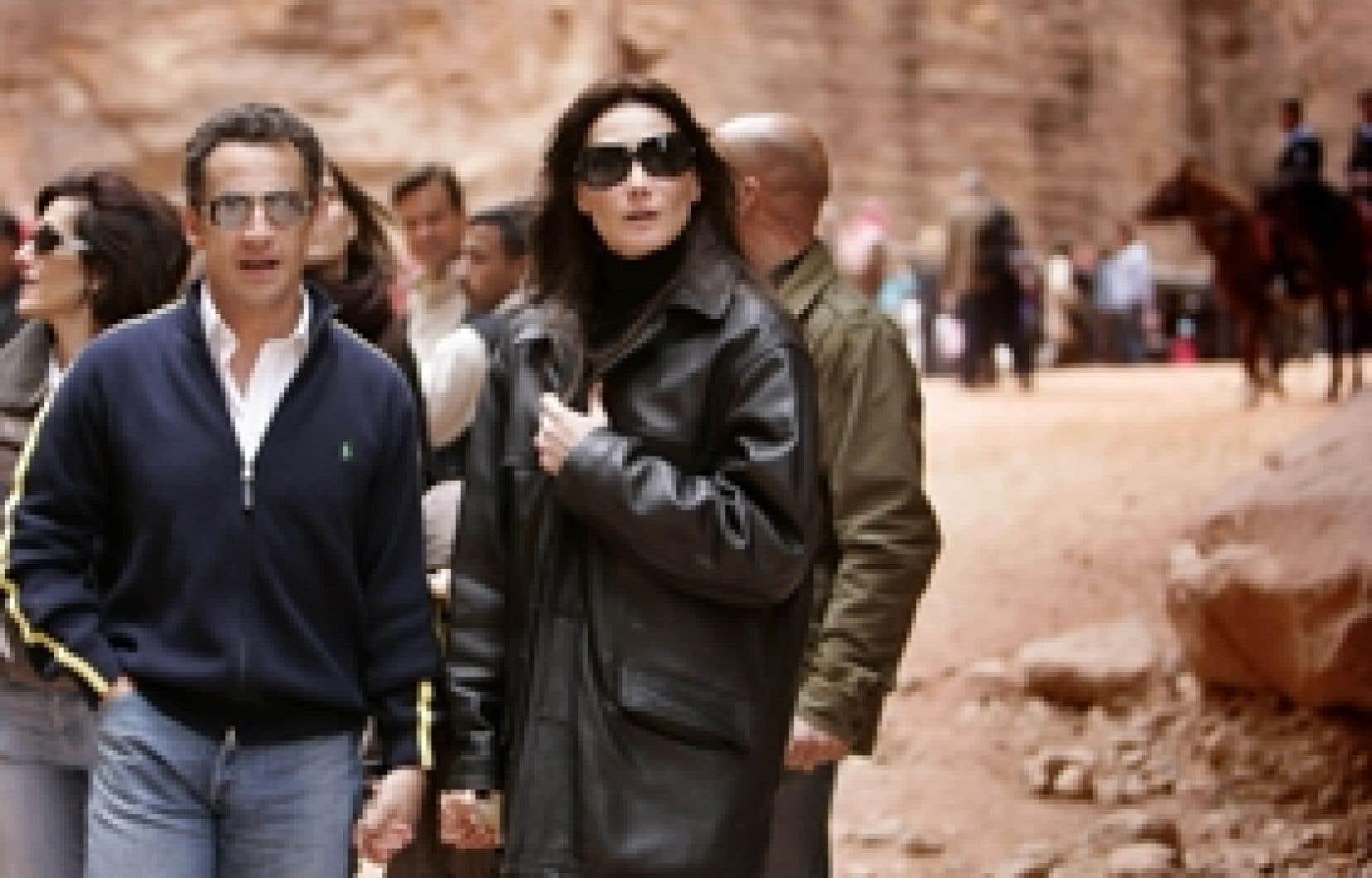 Samedi, Nicolas Sarkozy et sa compagne, Carla Bruni, ont posé devant les ruines de Petra, en Jordanie. Les Français sont 63 % à estimer que le président affiche trop sa vie privée.