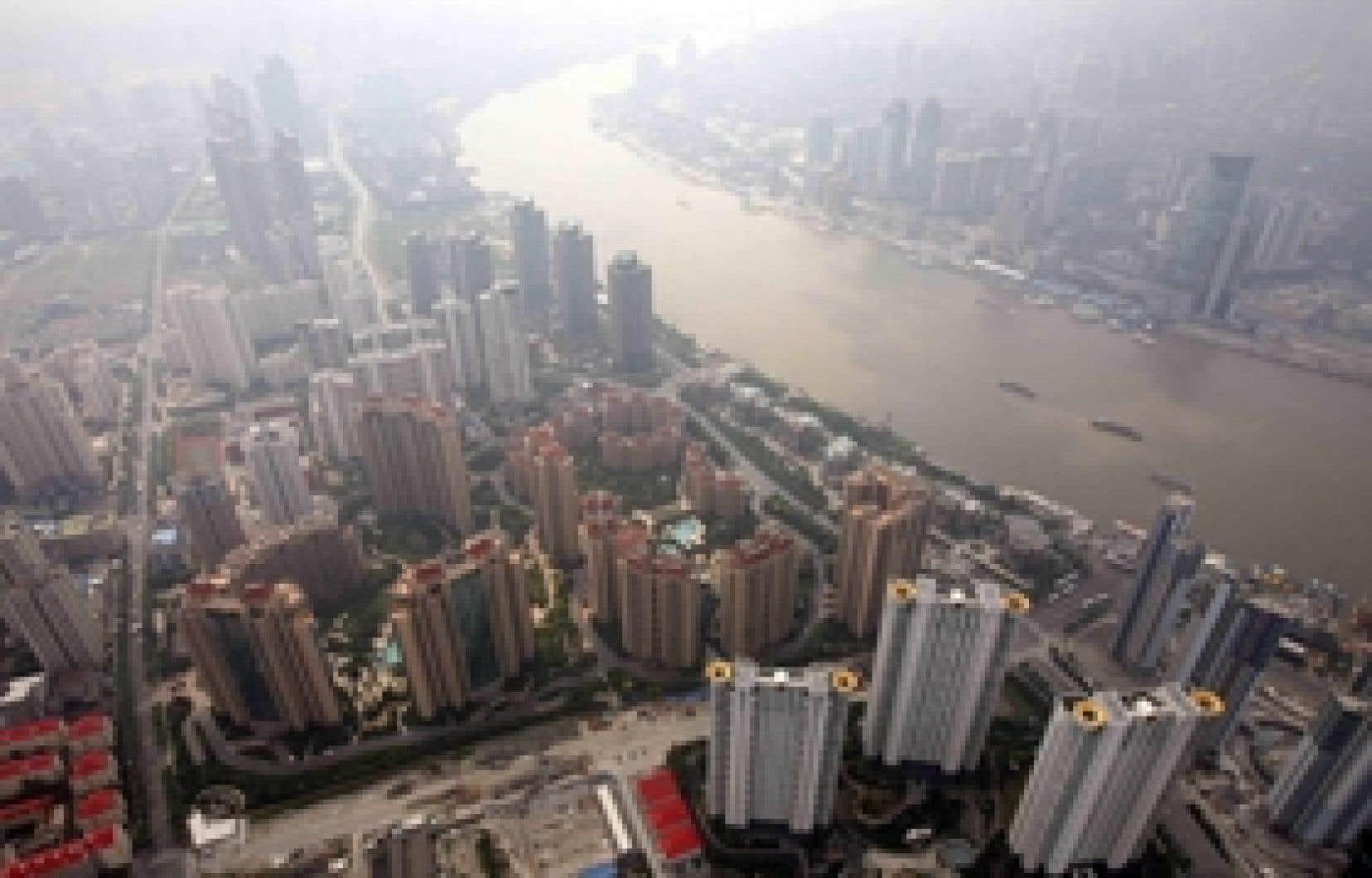 Une vue aérienne du quartier des affaires de Shanghaï. Qui empêche le taux de croissance mondiale de tomber sous les 4,5 %? Pas les États-Unis, qui frôlent la récession en ce début d'année, ni l'Europe, avec ses 2 % anémiques, mais la locomo