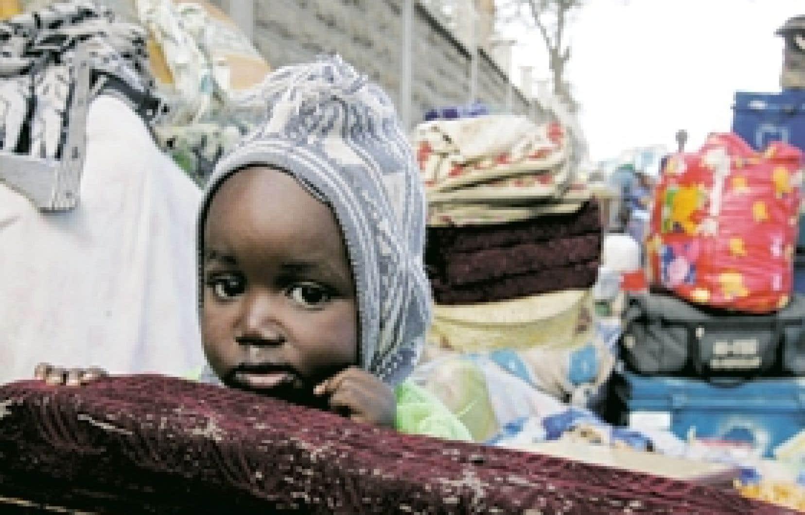 Cet enfant se trouvait hier près d'un refuge aménagé à Nairobi.