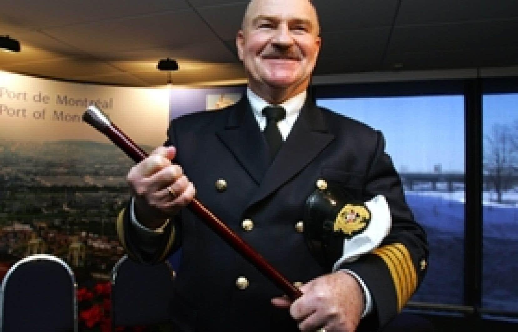 Le capitaine du porte-conteneurs Valentina a reçu, hier, la canne à pommeau d'or destinée au premier navire à rejoindre le port de Montréal en début d'année.