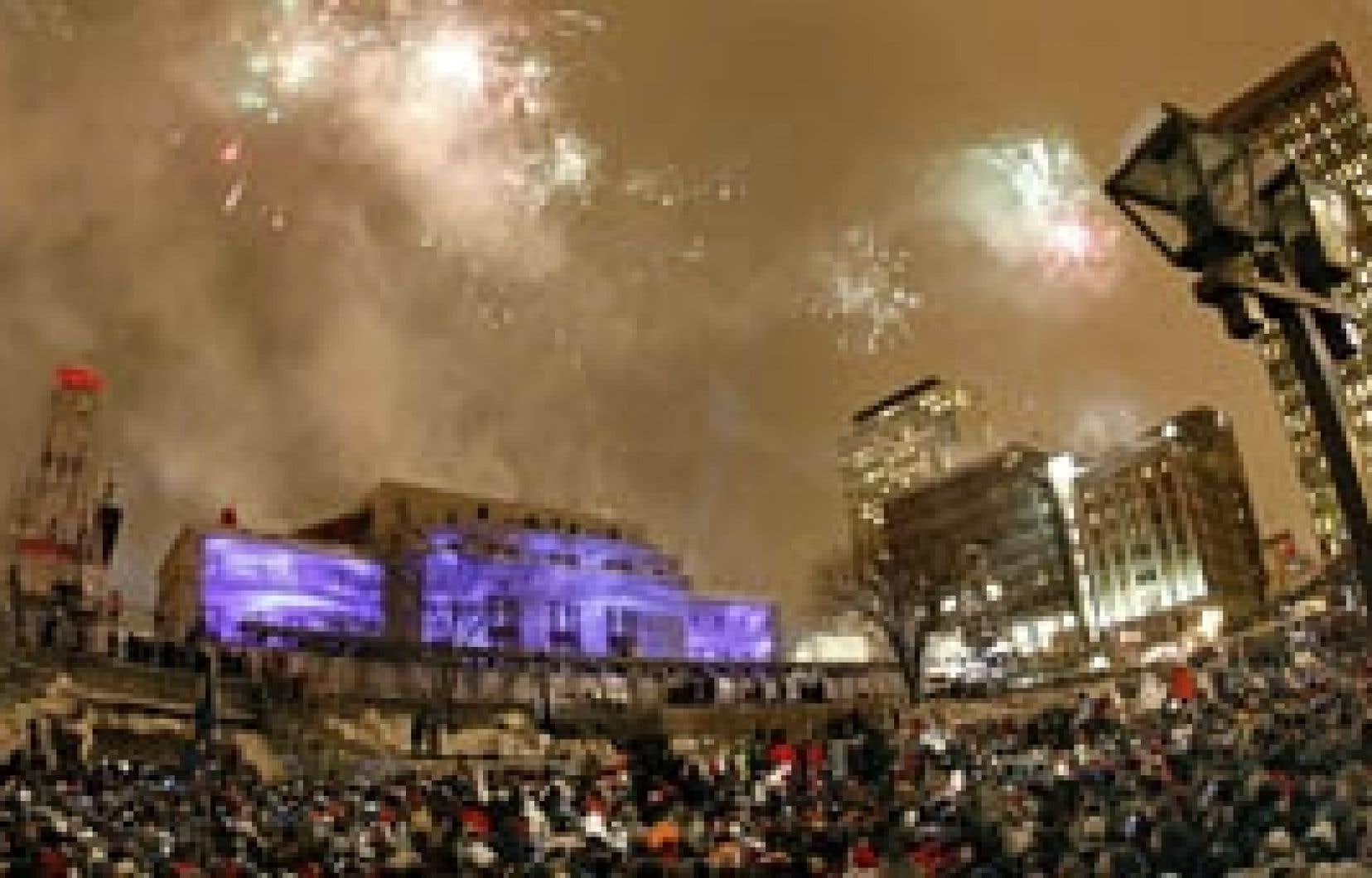 Près de 50 000 personnes se sont rassemblées à la place d'Youville pour assister au spectacle du 31 décembre qui donnait le coup d'envoi aux festivités du 400e anniversaire de Québec.