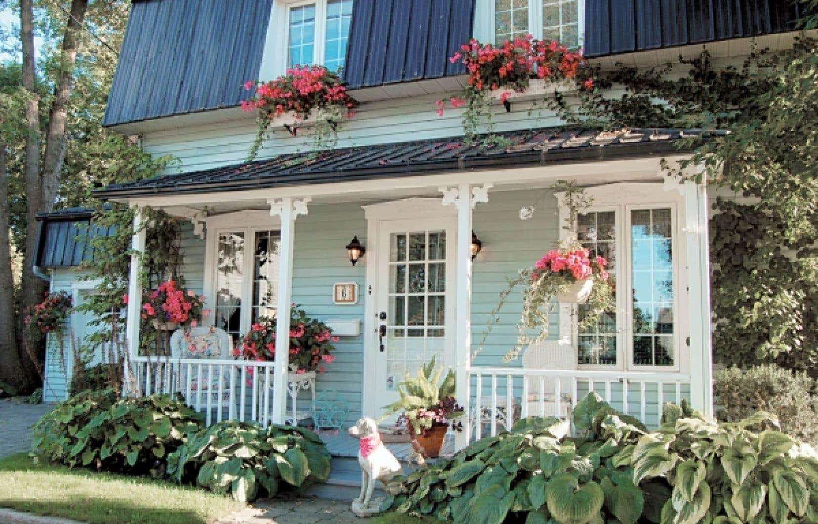 Boucherville a obtenu quatre fleurons en 2011. La population a beaucoup participé au verdissement de la ville, comme le propriétaire de cette maison.