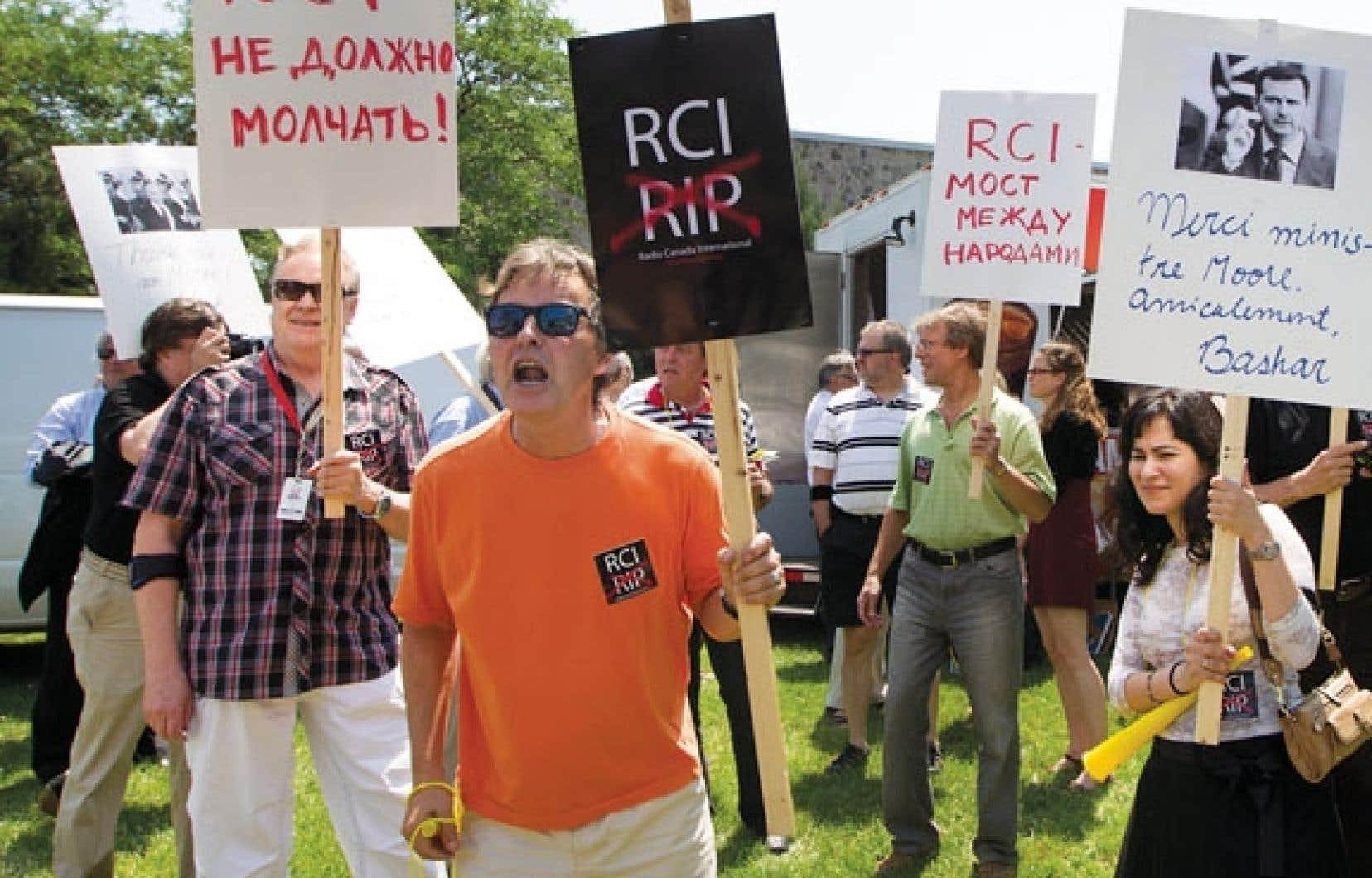 Quelques dizaines de personnes ont pris part hier midi à une manifestation devant la tour de Radio-Canada (RC), dans l'est de Montréal, à la suite d'un appel lancé par le Comité d'action de RCI.