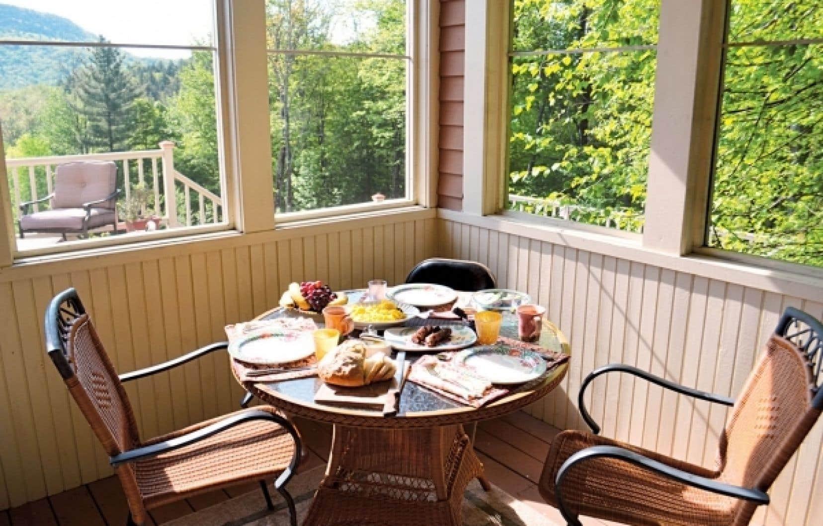 Au petit-déjeuner: du lait des chèvres que nous avons traites la veille, des œufs des poules et des saucisses des porcs élevés sur place.