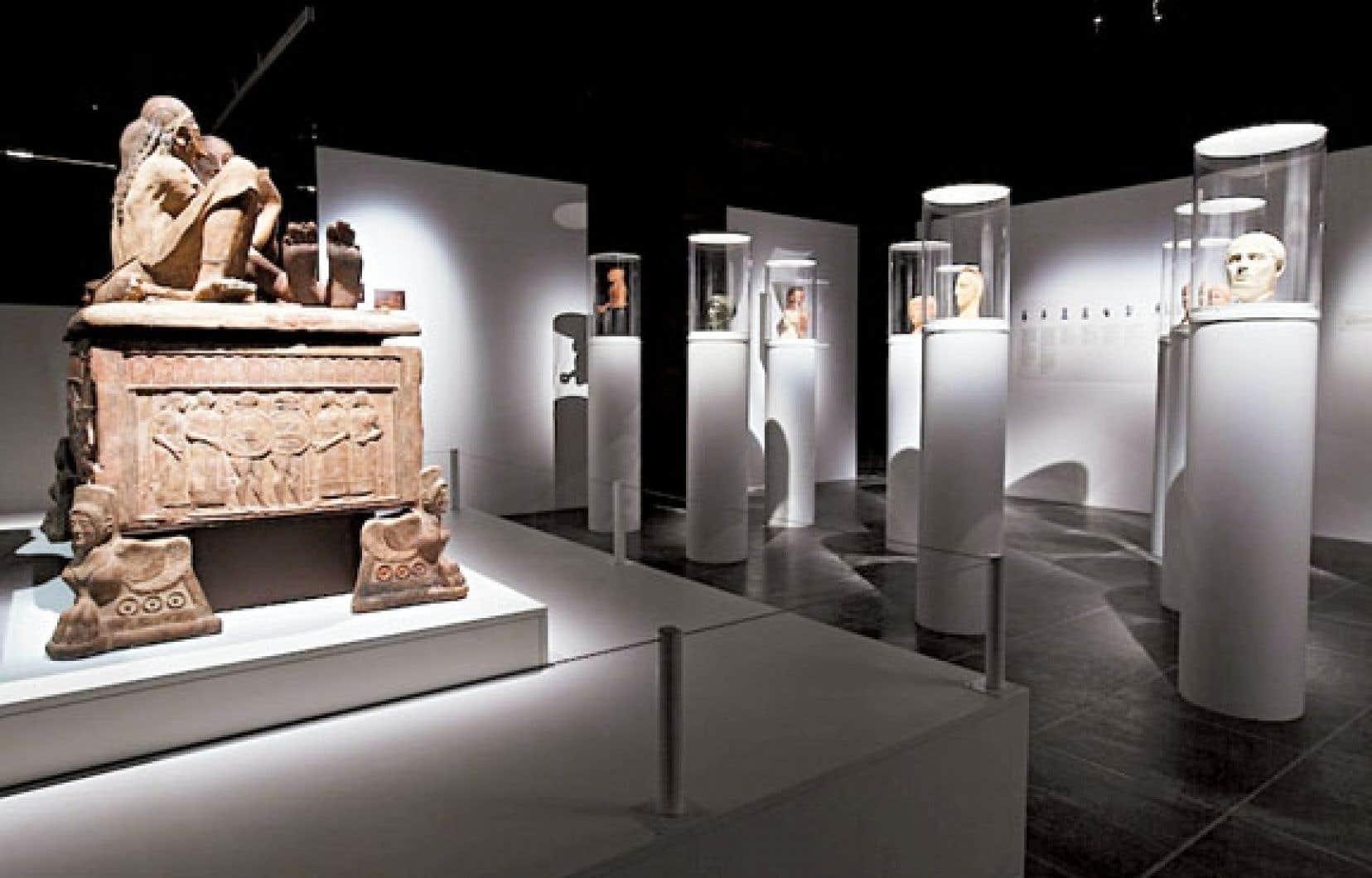 L'exposition réunit 200 pièces empruntées à 25 musées européens et américains, la plupart italiens, puisque le territoire de l'Étrurie correspond à peu près à la Toscane d'aujourd'hui.