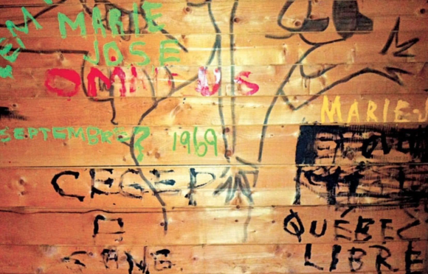 Des graffitis datant de l'été 1969 figurent encore sur les murs de la Maison du pêcheur à Percé.