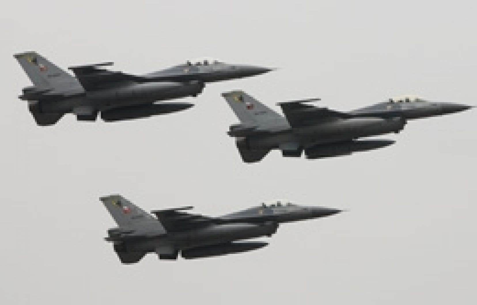 Des F16 turcs volent en formation dans le ciel d'Istanbul. Hier, l'aviation turque a bombardé plusieurs villages du nord-est de l'Irak pour éliminer les sanctuaires rebelles kurdes.