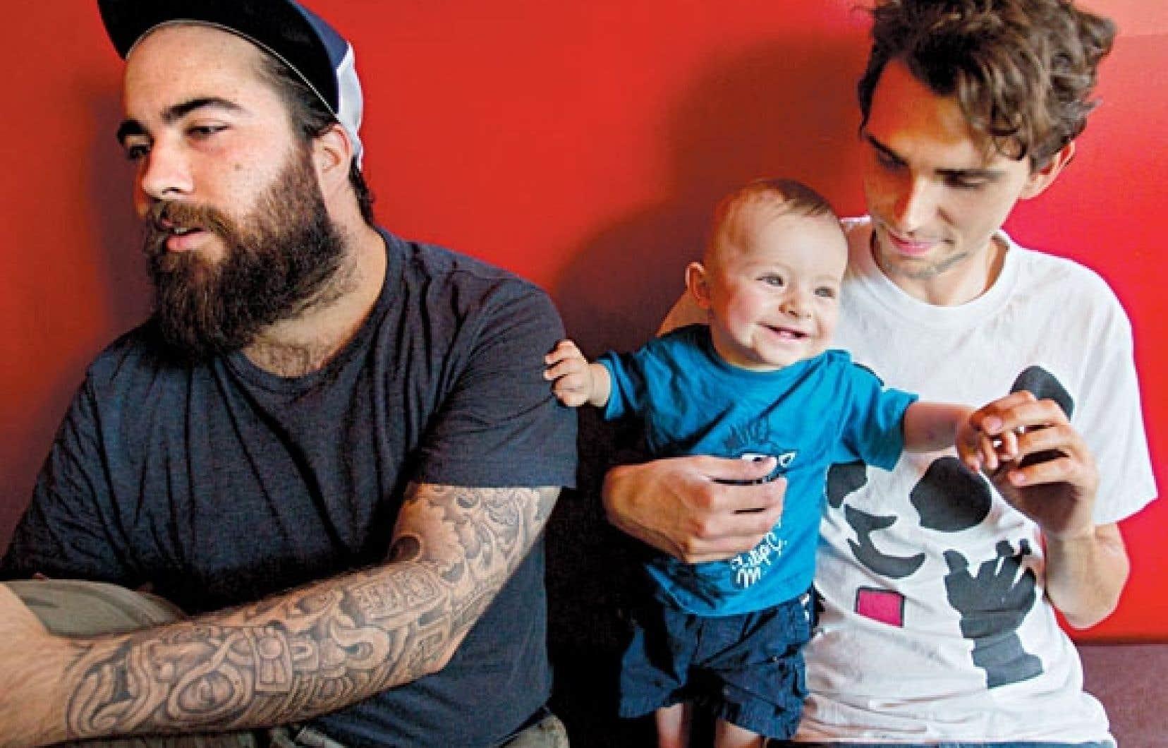 Jonathan Roberge et Jérémie Larouche s'amusent avec Clément, fils de la productrice de leur spectacle Les papas.