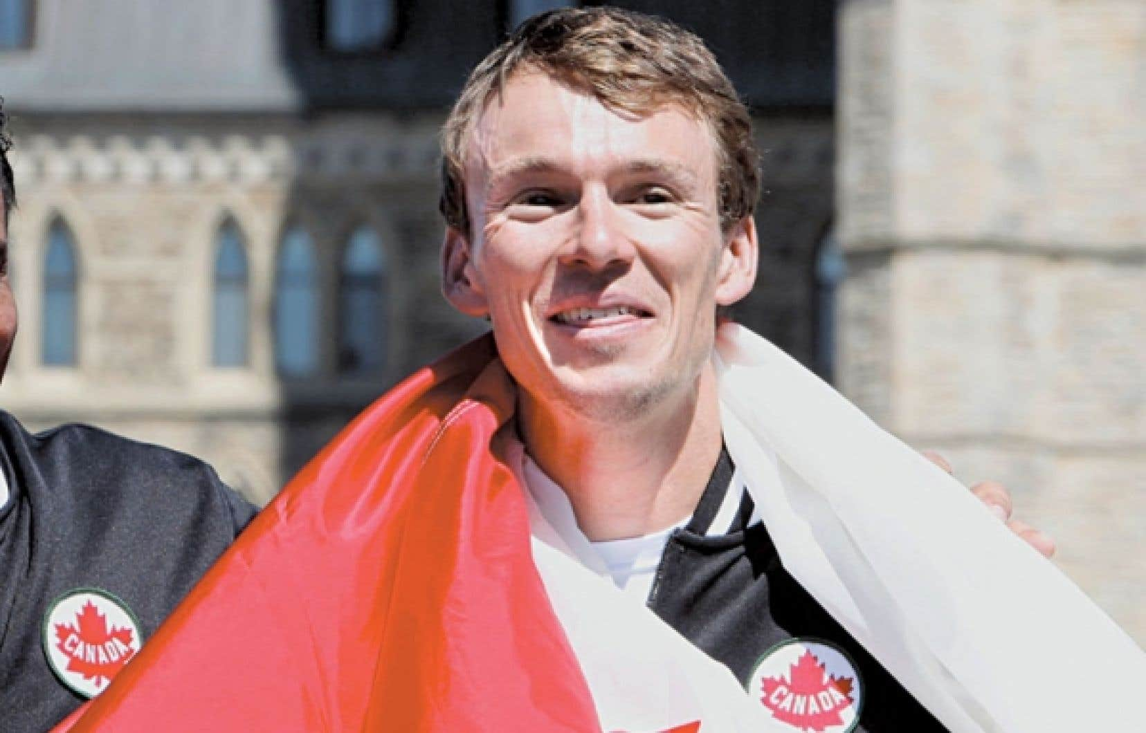 Le triathlonien Simon Whitfield drapé de l'unifolié