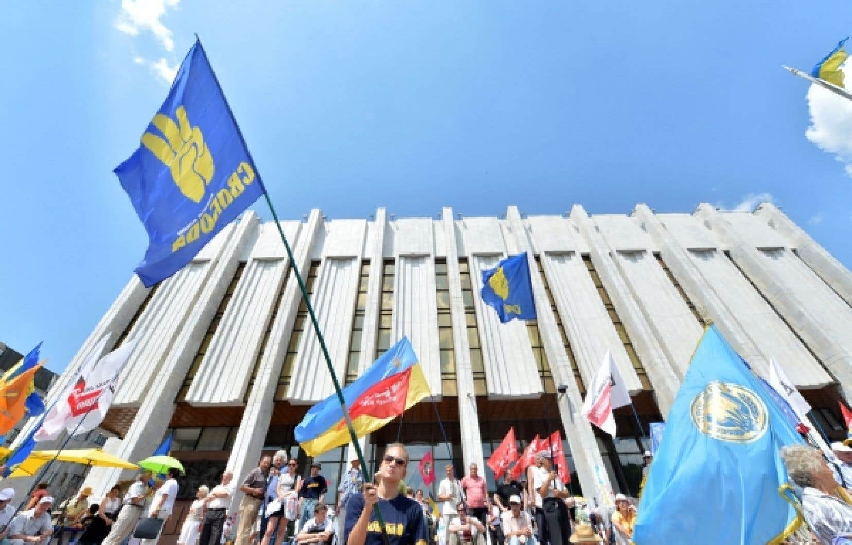 <div> Des Ukrainiens ont manifesté devant le parlement, à Kiev, pour dénoncer la nouvelle loi qui fait du russe une langue officielle.</div>