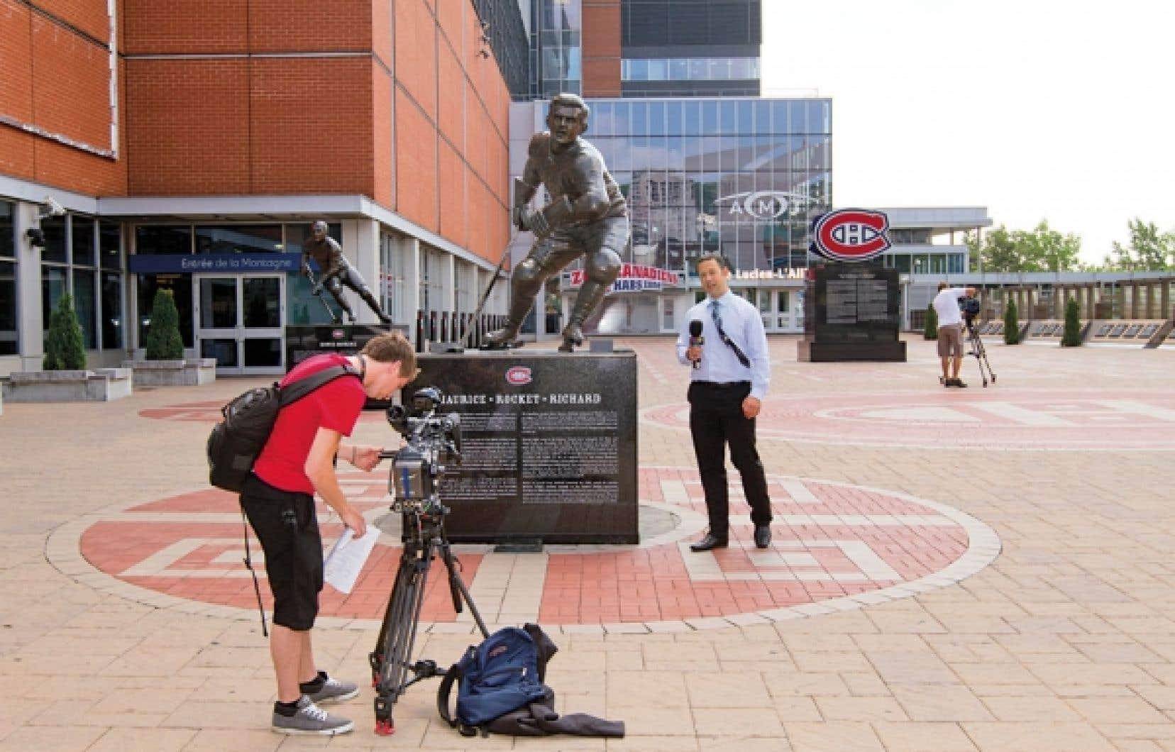 Les statues de légendes du Club de hockey Canadien et les 20 000 briques achetées par des partisans dans le cadre du centenaire de l'équipe vont bientôt céder leur place à une tour à condos. Elles seront retirées puis réinstallées une fois le projet terminé.