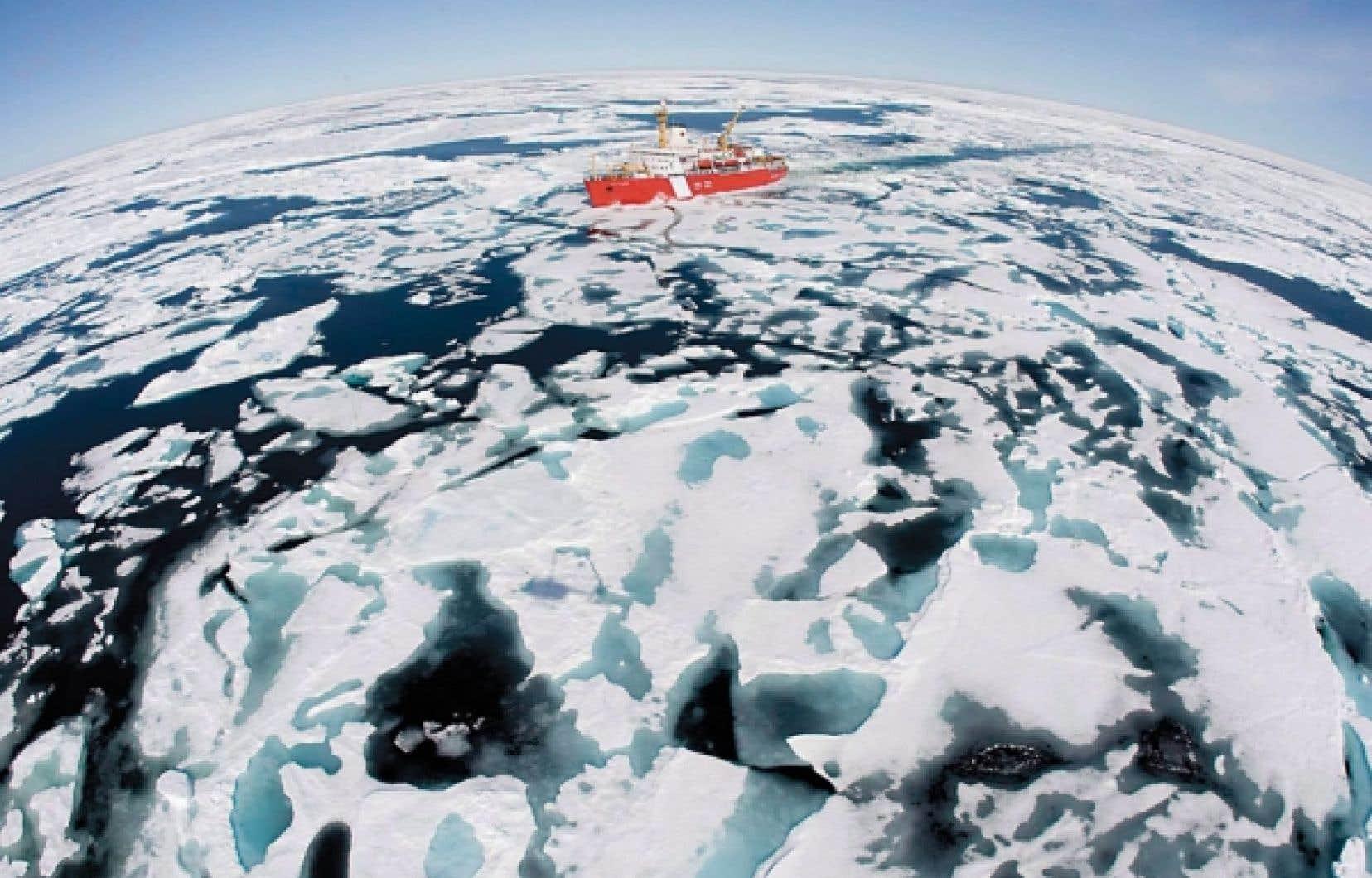 Le brise-glace Louis S. St-Laurent, de la garde côtière canadienne, se fraie un chemin parmi les glaces de la baie de Baffin, dans l'Arctique, sur cette photo prise en juillet 2008. La Cour fédérale a statué hier qu'en vertu d'une « prérogative royale », le gouvernement Harper pouvait légalement se soustraire à la Loi de mise en œuvre du protocole de Kyoto, adoptée par le Parlement le 14 février 2007.