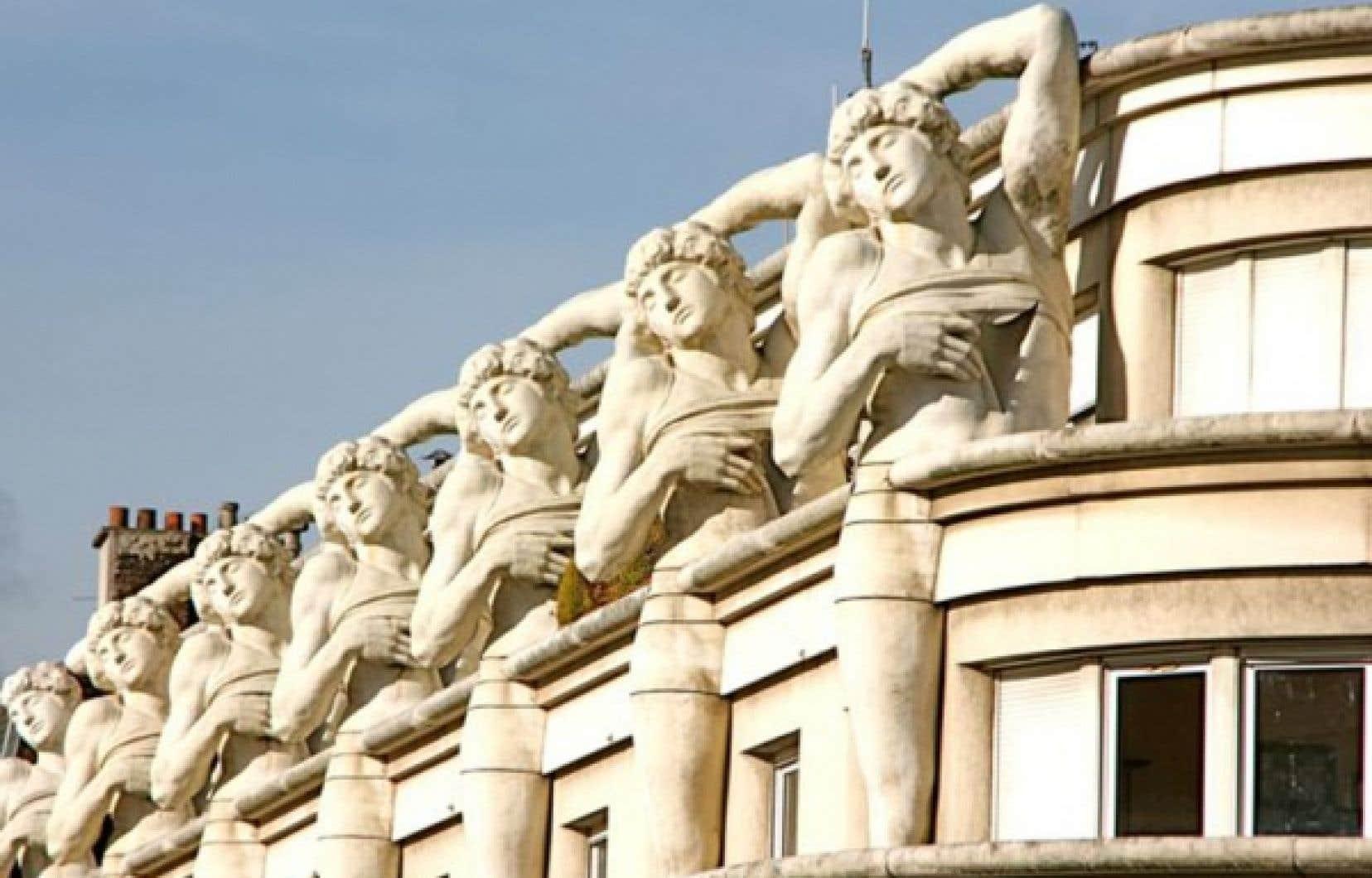 Les formidables atlantes d'un immeuble découverts dans l'avenue Daumesnil, du XIIe arrondissement.
