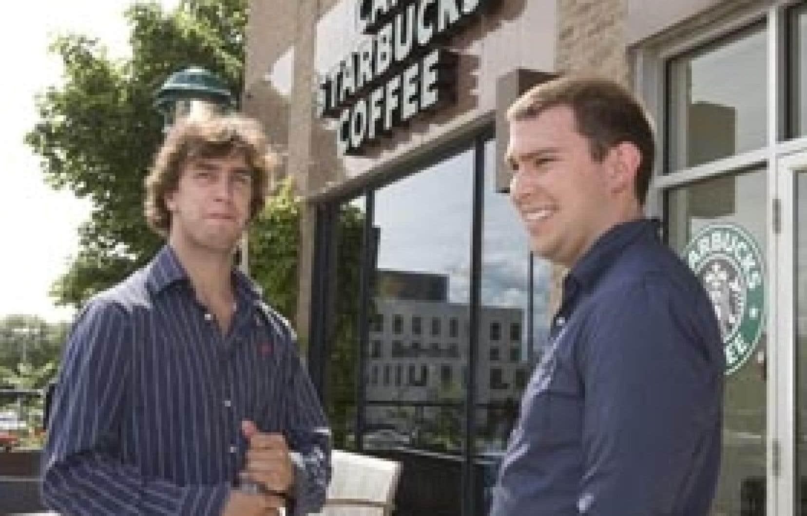 Simon Gosselin et Dominic Dupont, deux employés d'un café Starbucks de Québec. «Les employeurs ne nous considèrent pas comme des êtres humains, ils nous considèrent comme une ressource qu'ils peuvent utiliser, un peu comme le café qu'ils ve