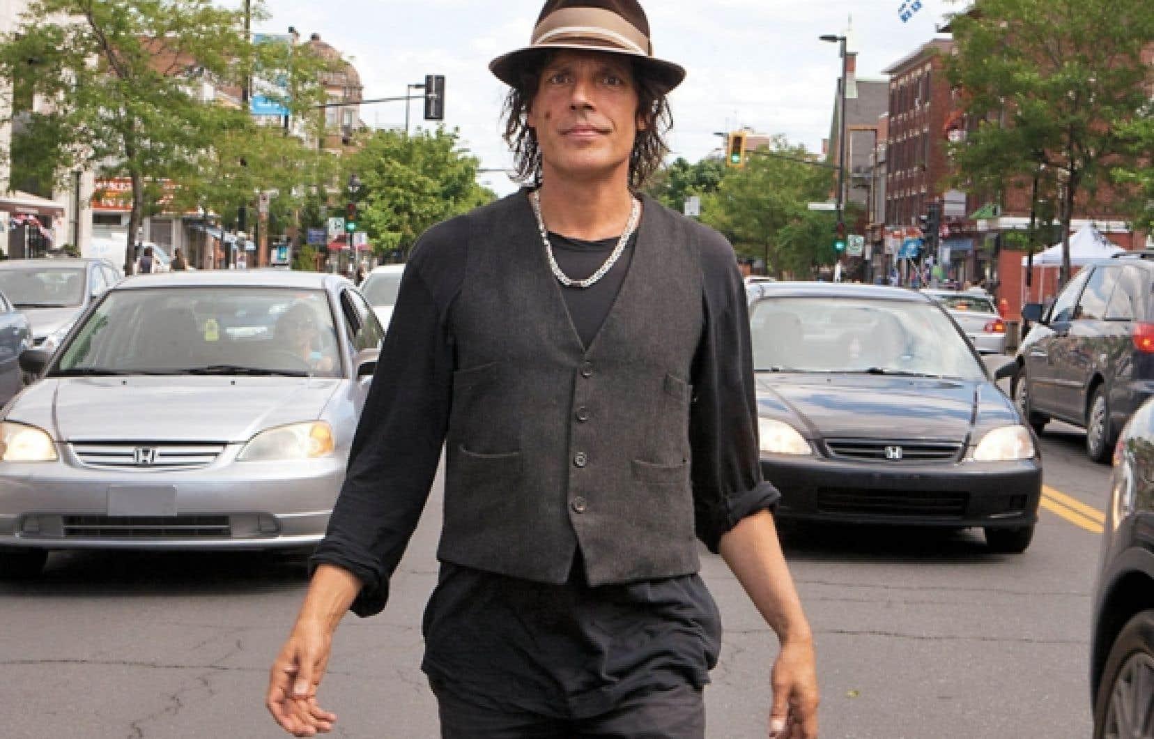 Jean Leloup au cœur du trafic de la rue du Parc, à Montréal. « Il faut savoir prendre des risques », affirme le musicien.