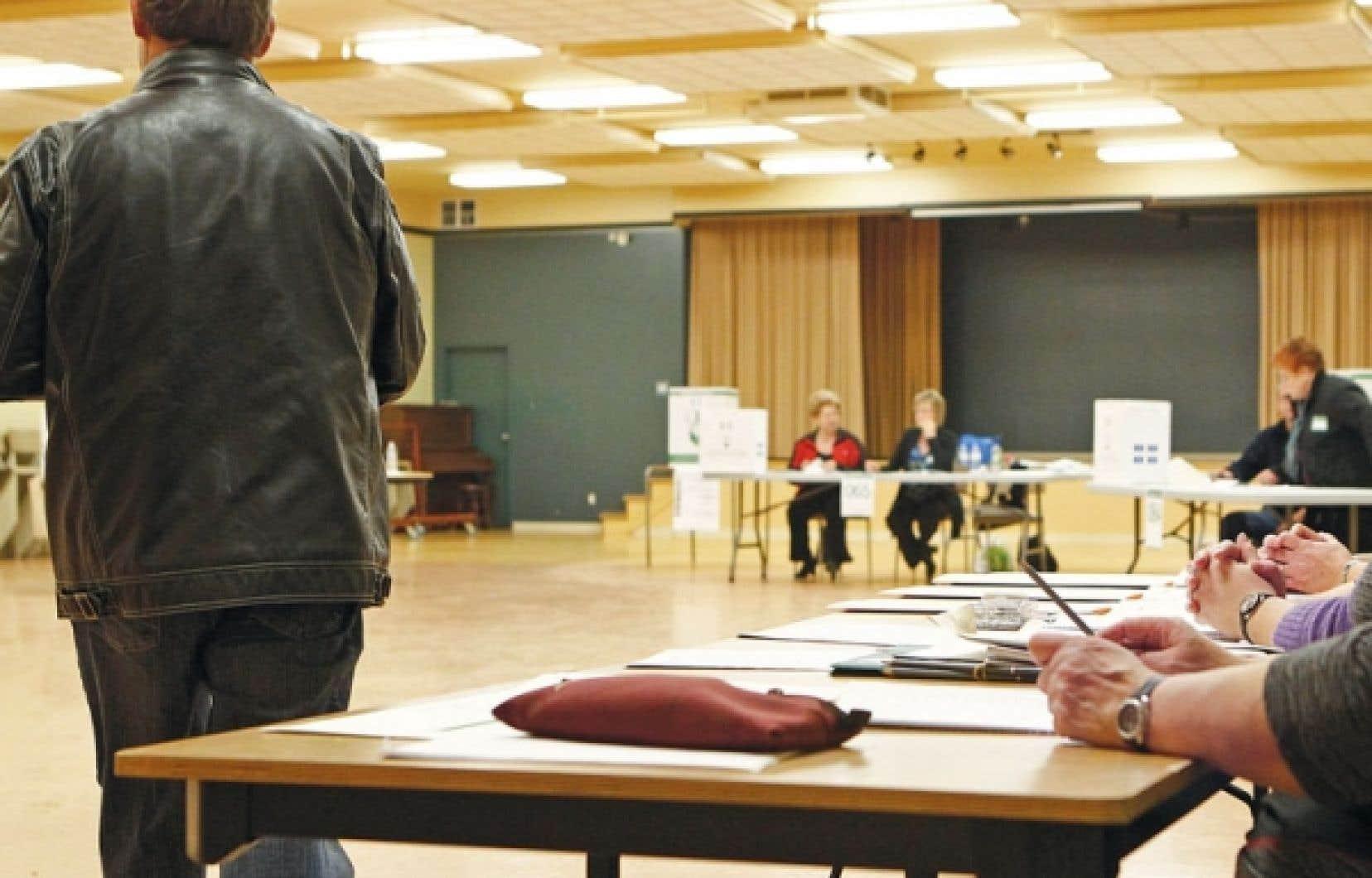 Vingt et une formations politiques ont été dûment autorisées par le Directeur général des élections du Québec pour apparaître sur les bulletins de vote en vue du prochain scrutin.