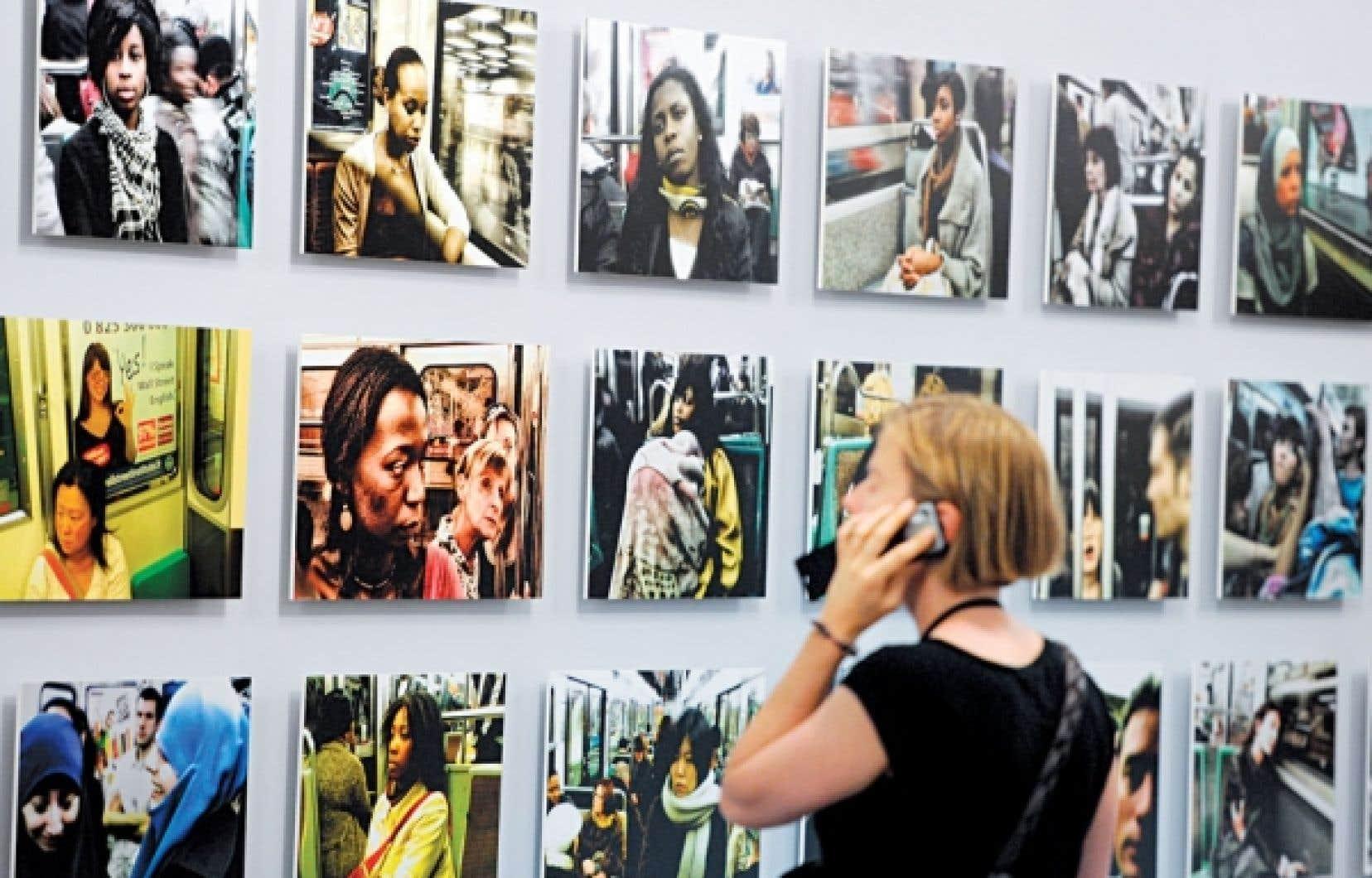 L'homme, qui fuyait photographes et entrevues, était à la fois cinéaste, éditeur, traducteur, poète, essayiste, photographe. Sur notre photo : une femme regarde l'exposition de photographies de Chris Marker lors des 42es Rencontres d'Arles, en juillet 2011.