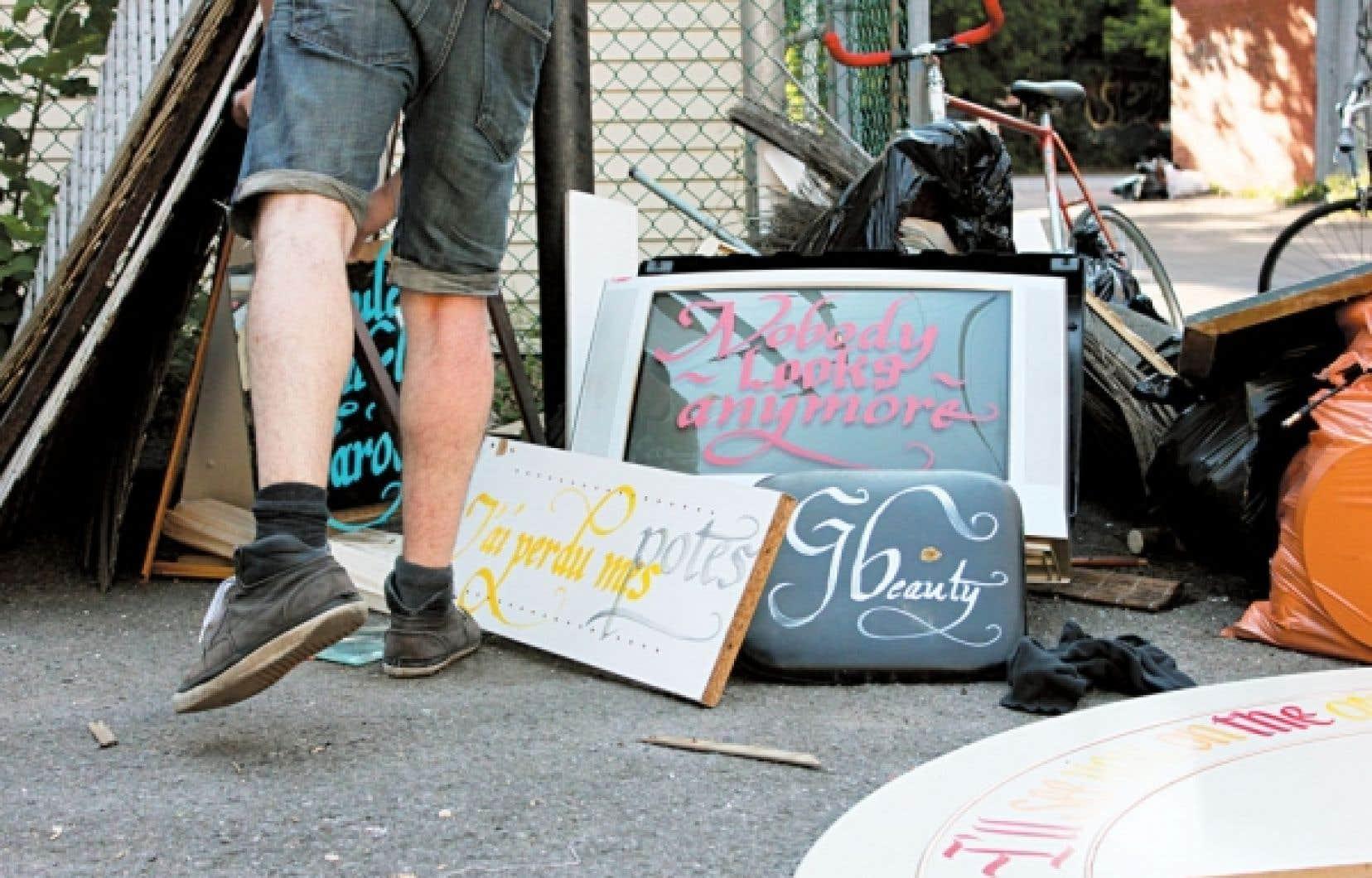 <div> Des exemples de meubles laissés au chemin qui ont reçu quelques coups de Sharpie.</div>