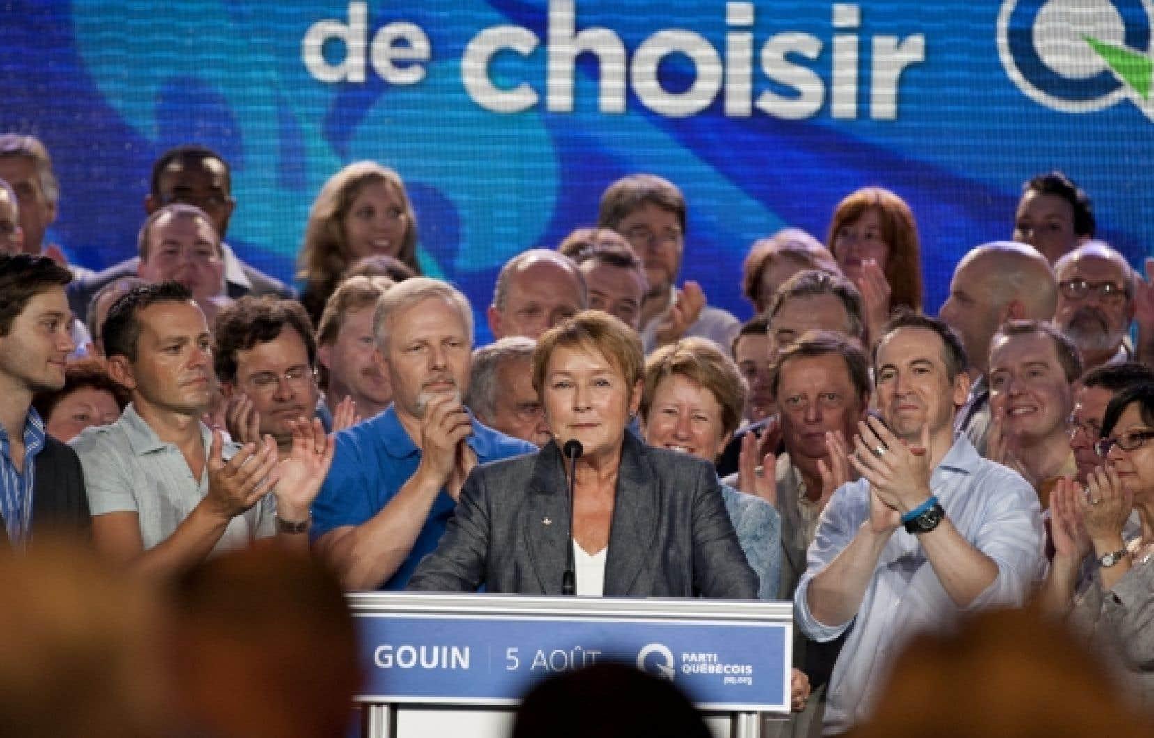 Pauline Marois entourée de ses candidats.