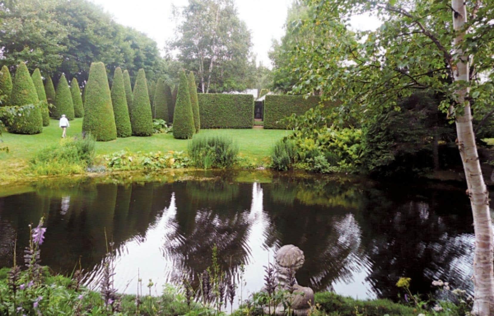 <div> Les jardins de Quatre-Vents, dans Charlevoix, font partie des grands jardins priv&eacute;s de l&rsquo;Am&eacute;rique du Nord. Voici l&rsquo;impeccable et impressionnante all&eacute;e des thuyas et, &agrave; l&rsquo;avant-plan, le lac des Libellules.</div>