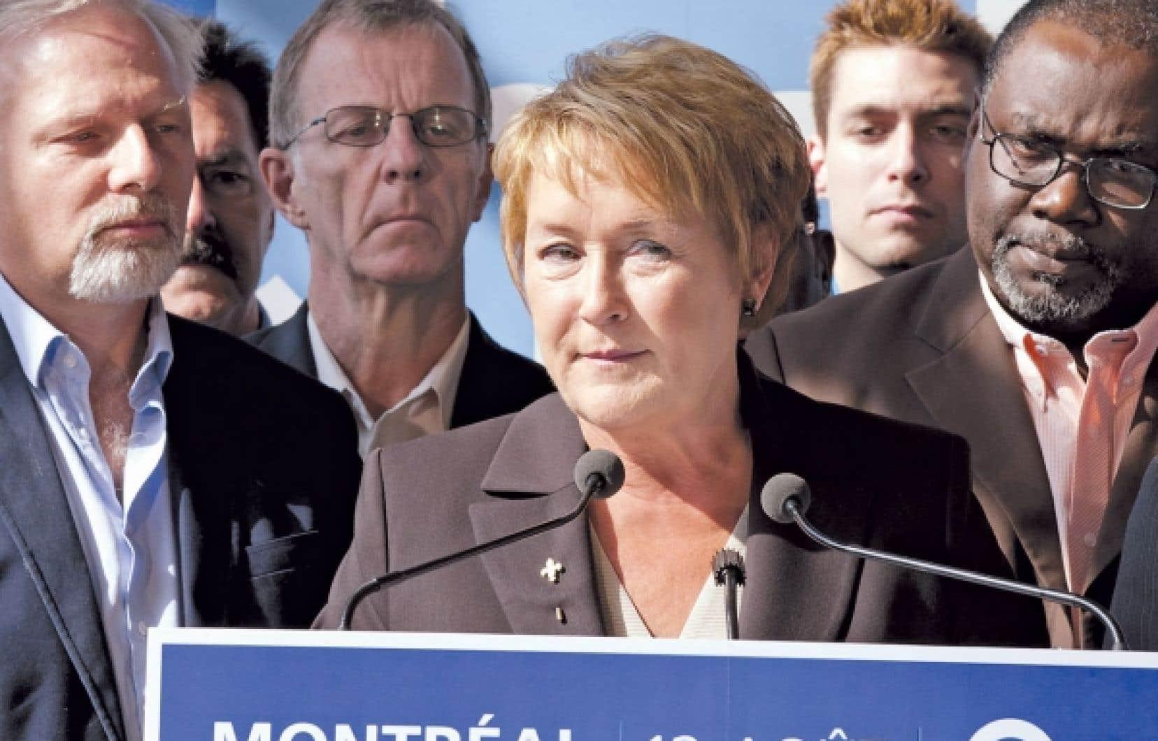 <div> Pauline Marois, vue ici aux côtés du candidat dans Rosemont, Jean-François Lisée, et du député sortant de Bourget, Maka Kotto, promet de renforcer la loi 101.</div>