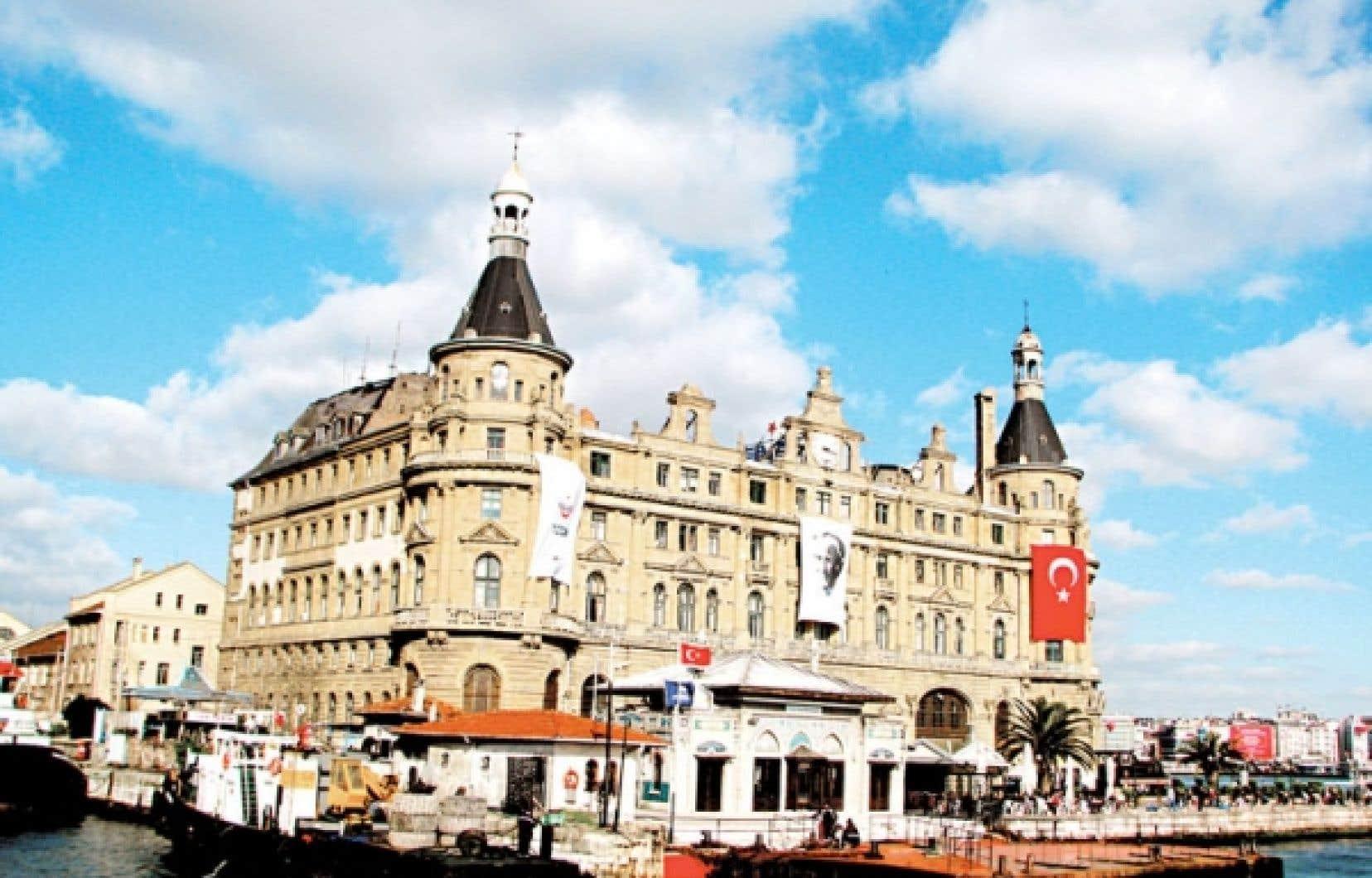 Plaque tournante du transport d'Istanbul, l'imposante gare de style néogothique a été érigée en 1908 par des architectes allemands.