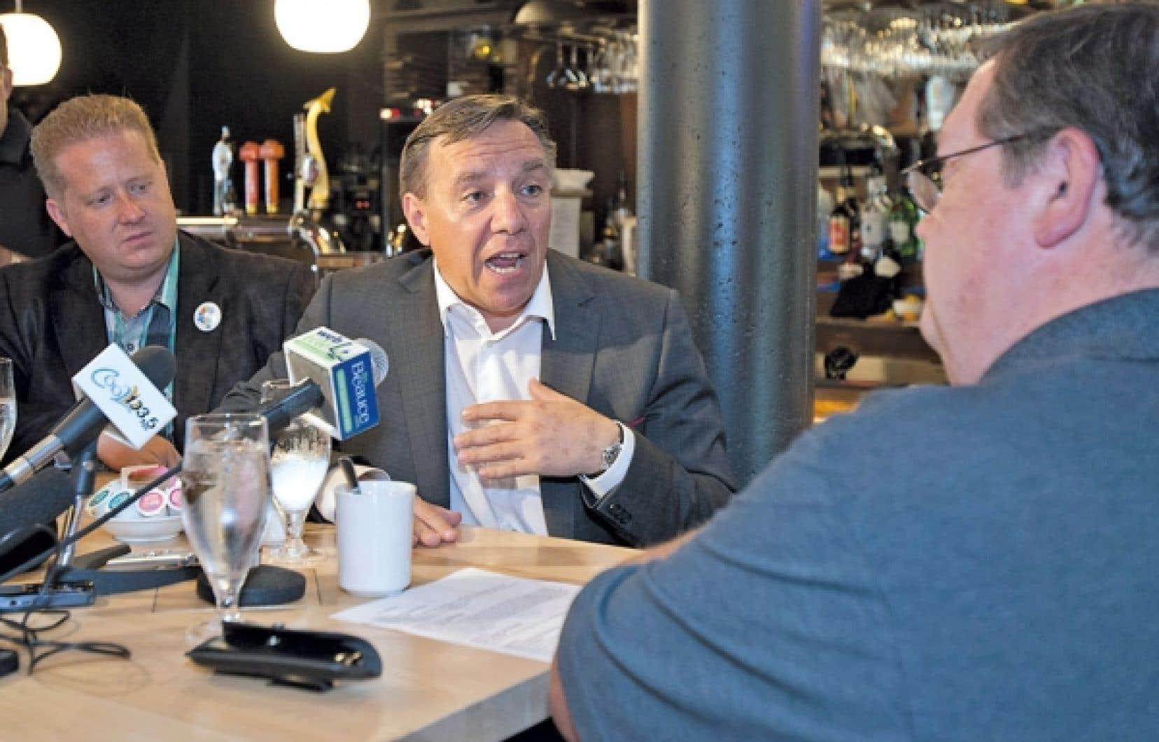 Le chef de la CAQ, François Legault, au cours d'un entretien à la radio hier, à Saint-Georges, en Beauce.
